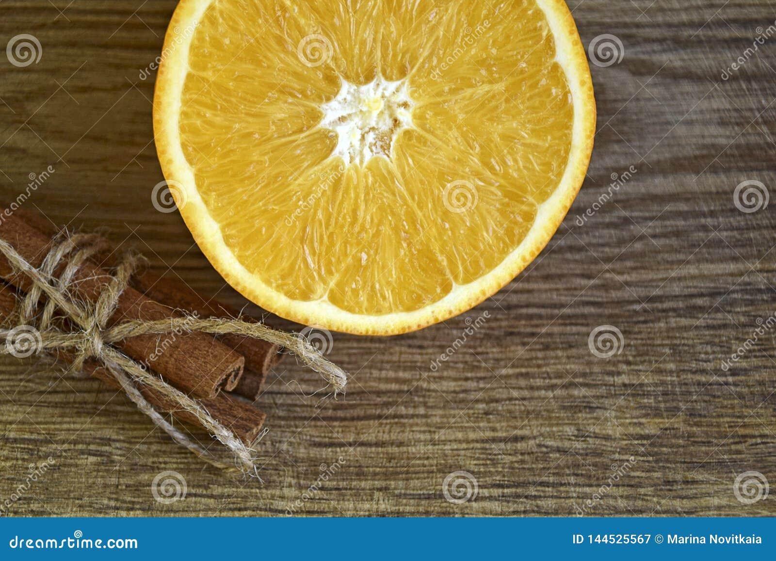 Bastoni di cannella ed arancia fresca affettata