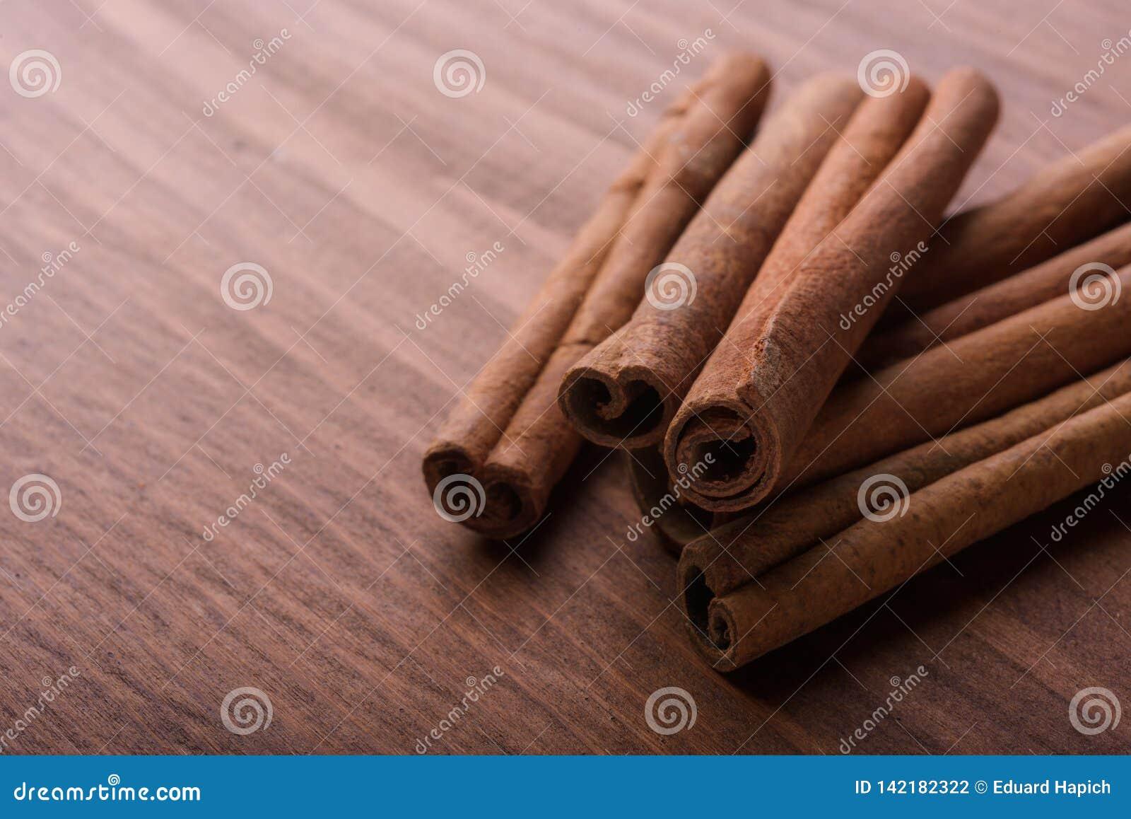 Bastoni di cannella su fondo di legno