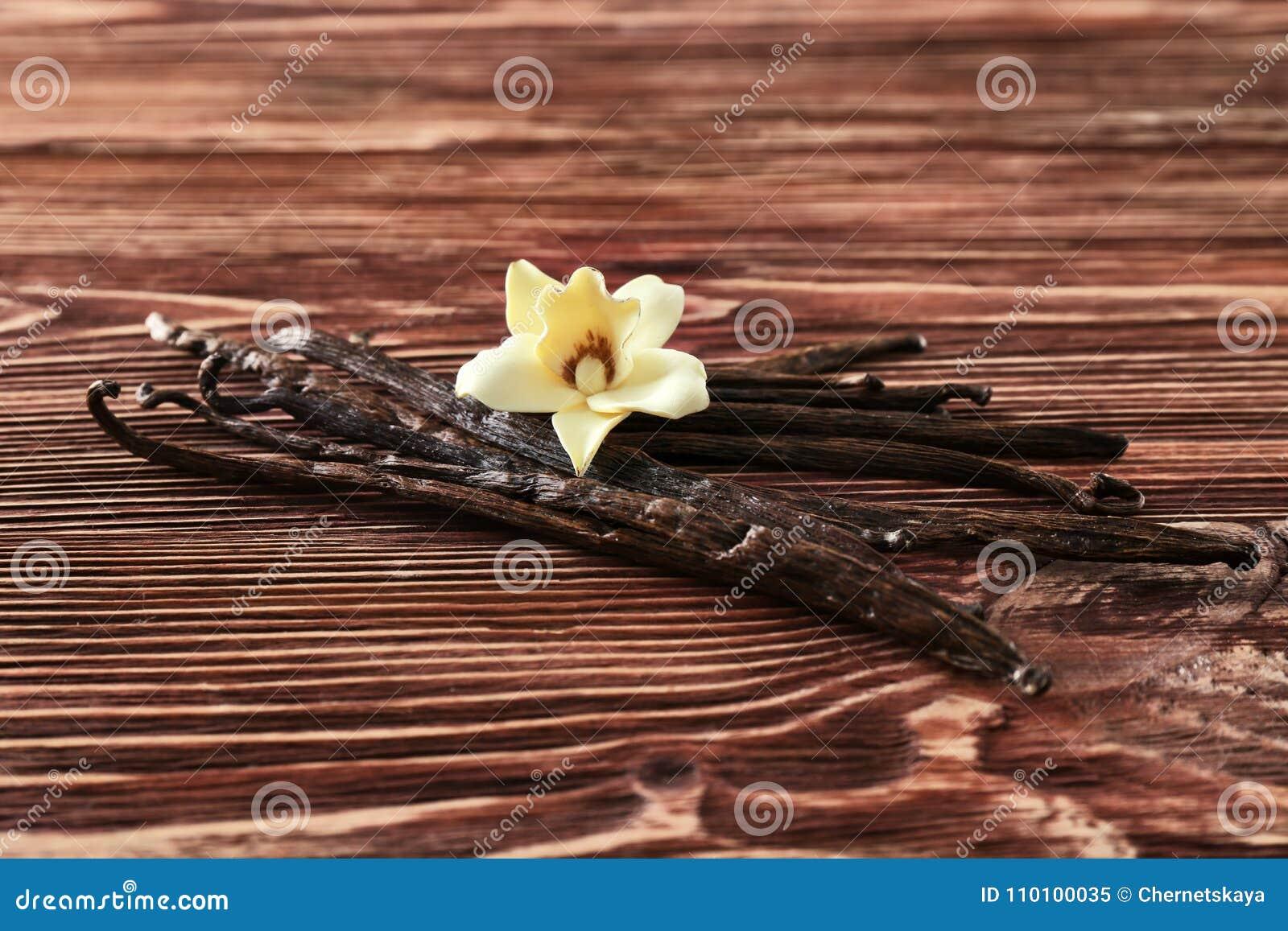 Bastoni e fiore della vaniglia su fondo