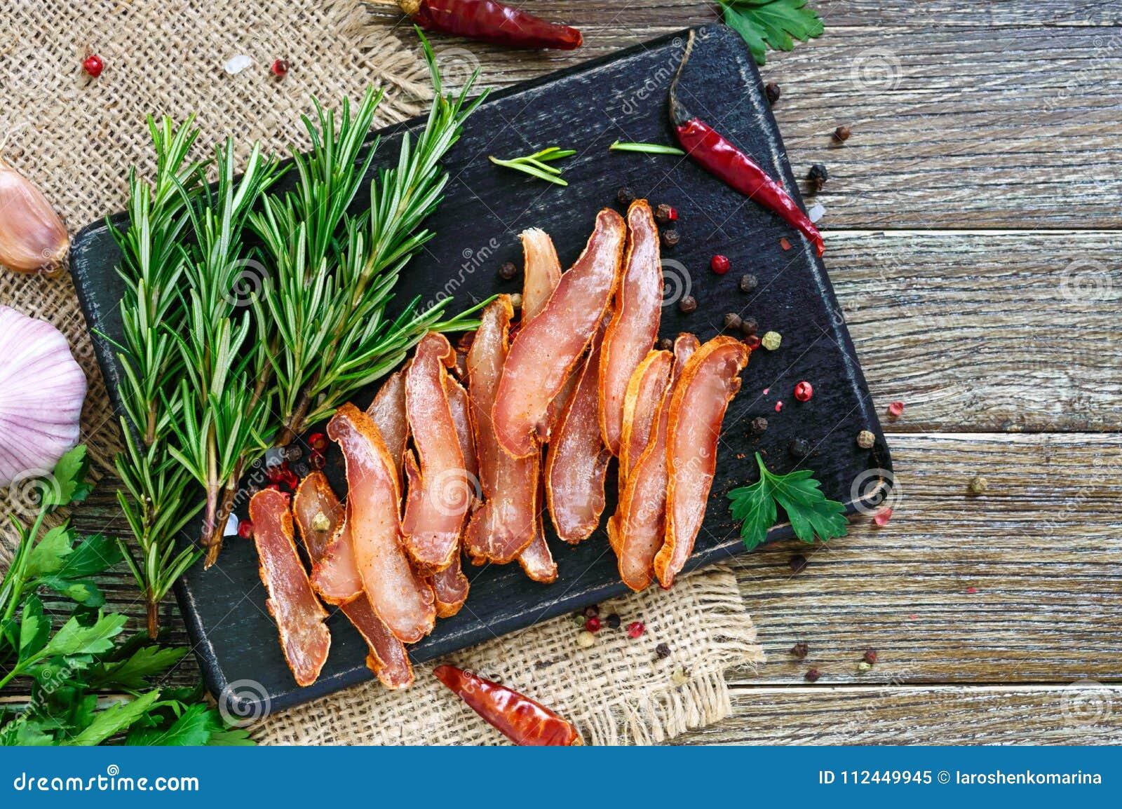 Basturma espasmódico Partes de carne com pimenta vermelha Aperitivo asiático tradicional da carne