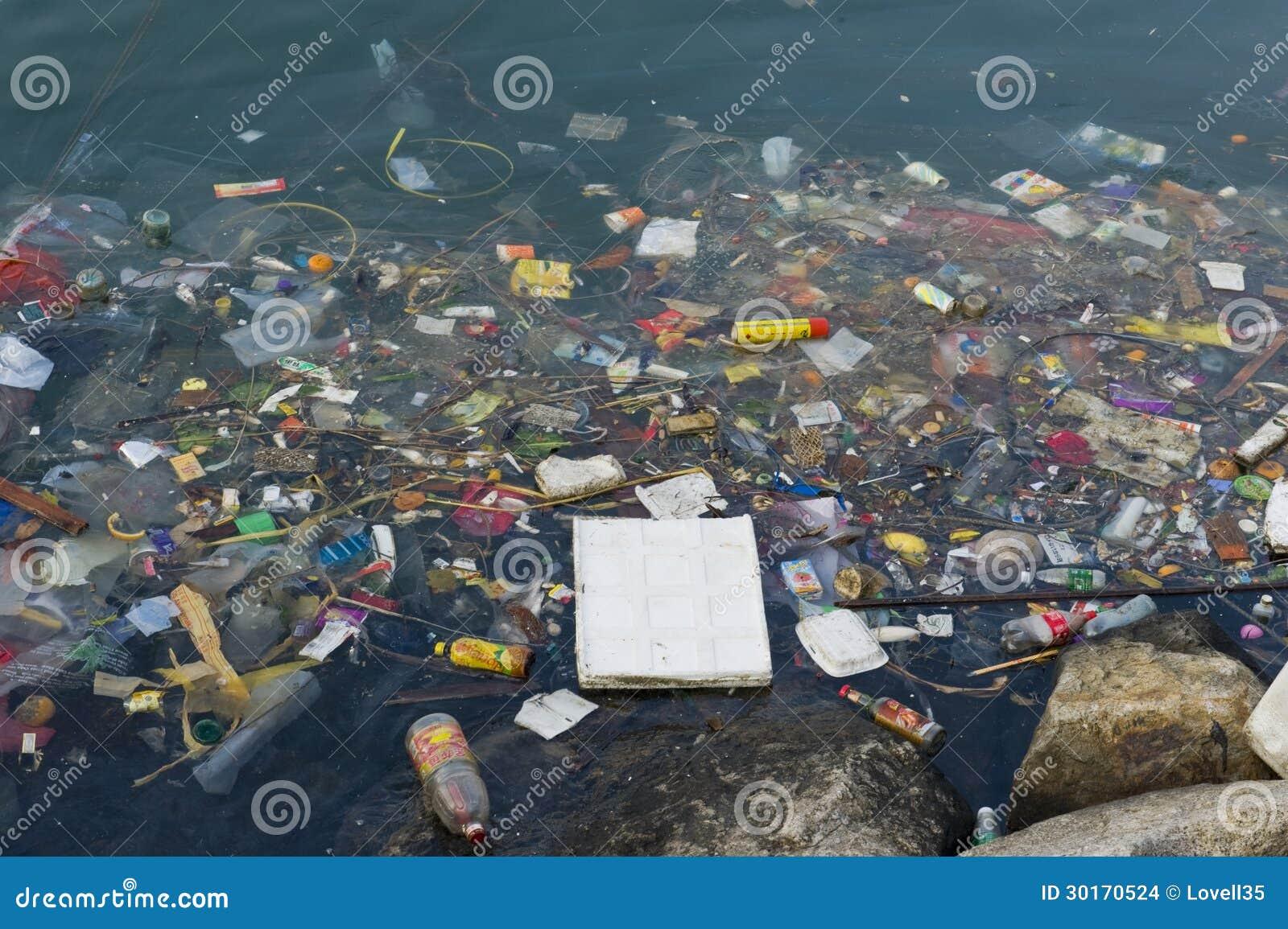 Basura del plástico en el río