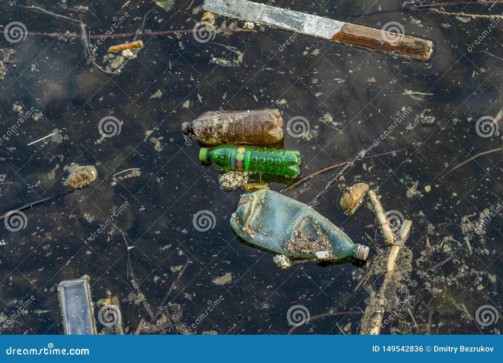Basura en el agua Fotografía de una charca contaminada