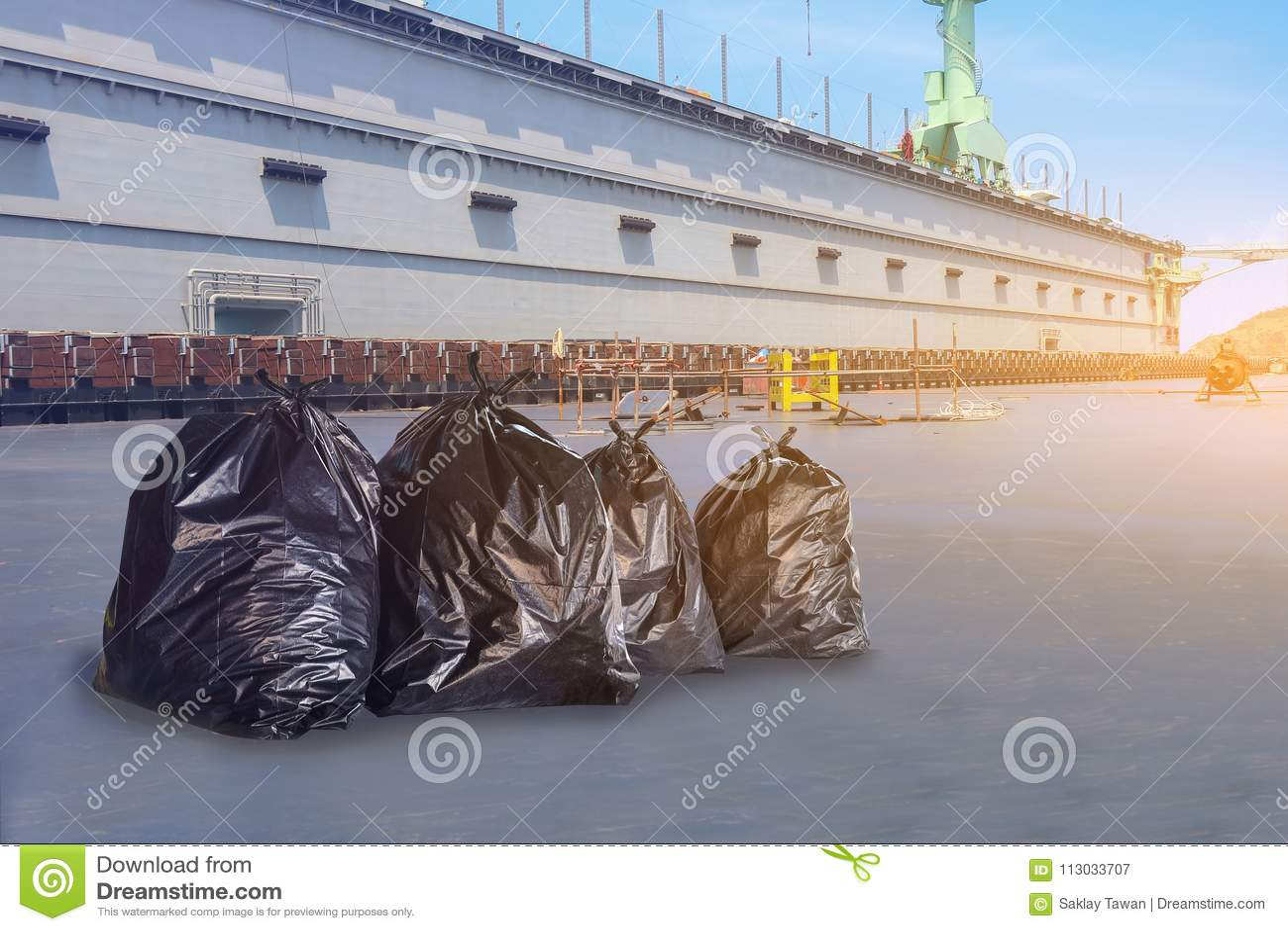 Basura negra del bolso de basura