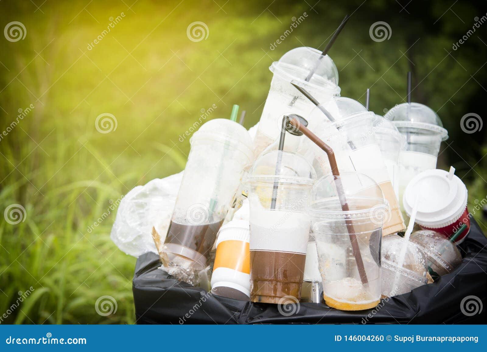 Basura reciclable de las botellas de cristal y pl?sticas en compartimiento de los desperdicios Botella plástica del foco selectiv