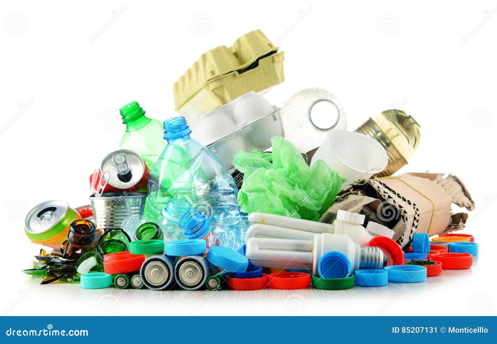 Basura reciclable que consiste en el vidrio, el plástico, el metal y el papel