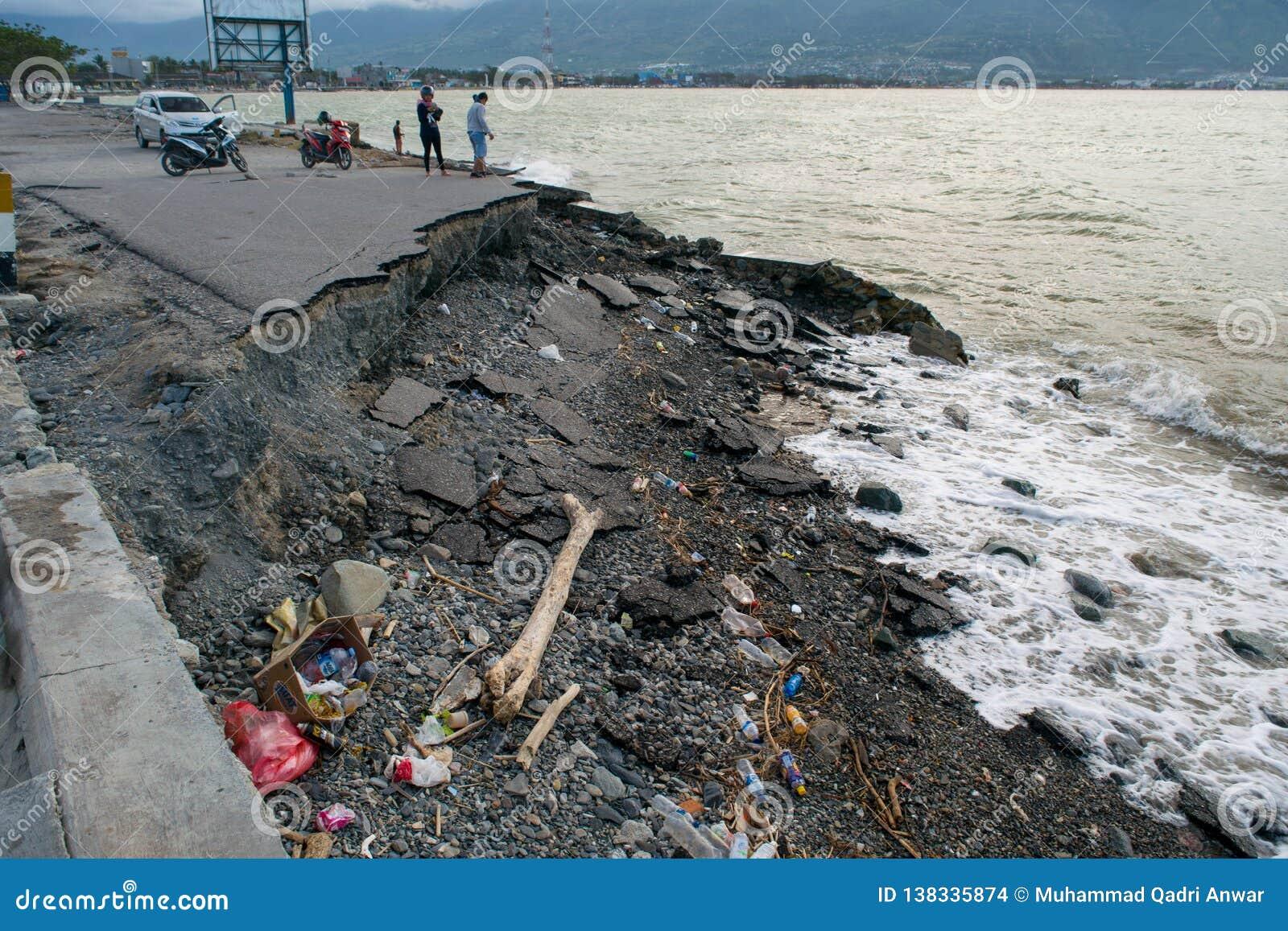Basura throwed en la costa costa después de tsunami en Palu, Indonesia