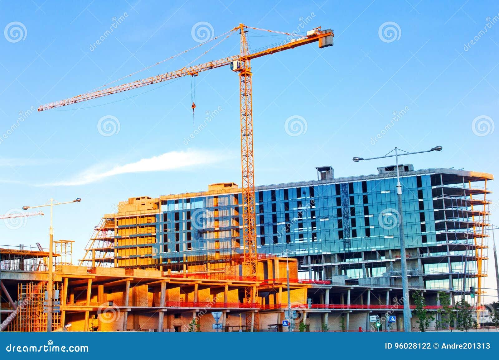 Basztowy żuraw buduje wielkiego budynek mieszkalnego