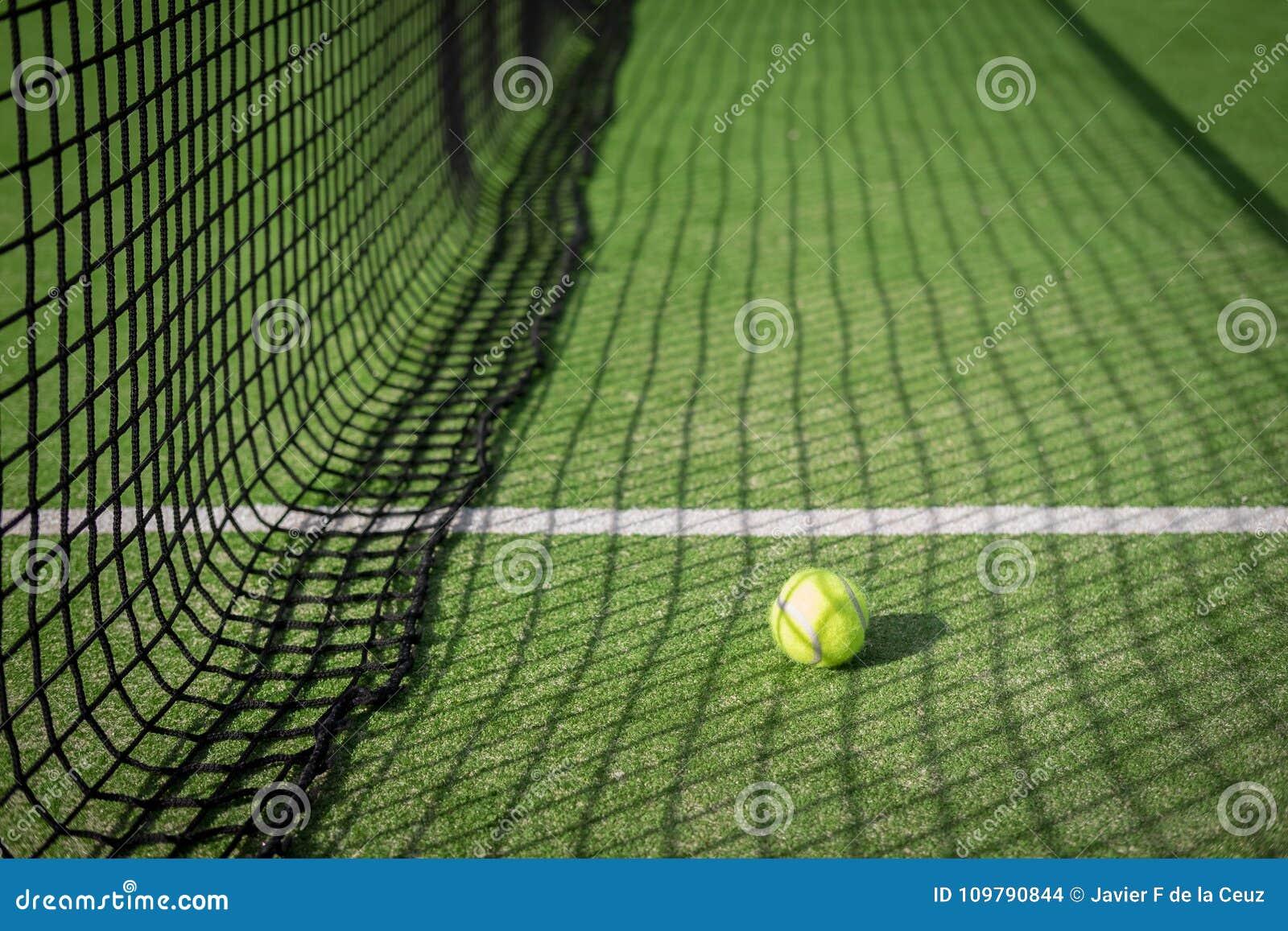 Bata El Campo De Tenis Y La Red Con Una Bola En Sombra Neta Foto Tennis Download
