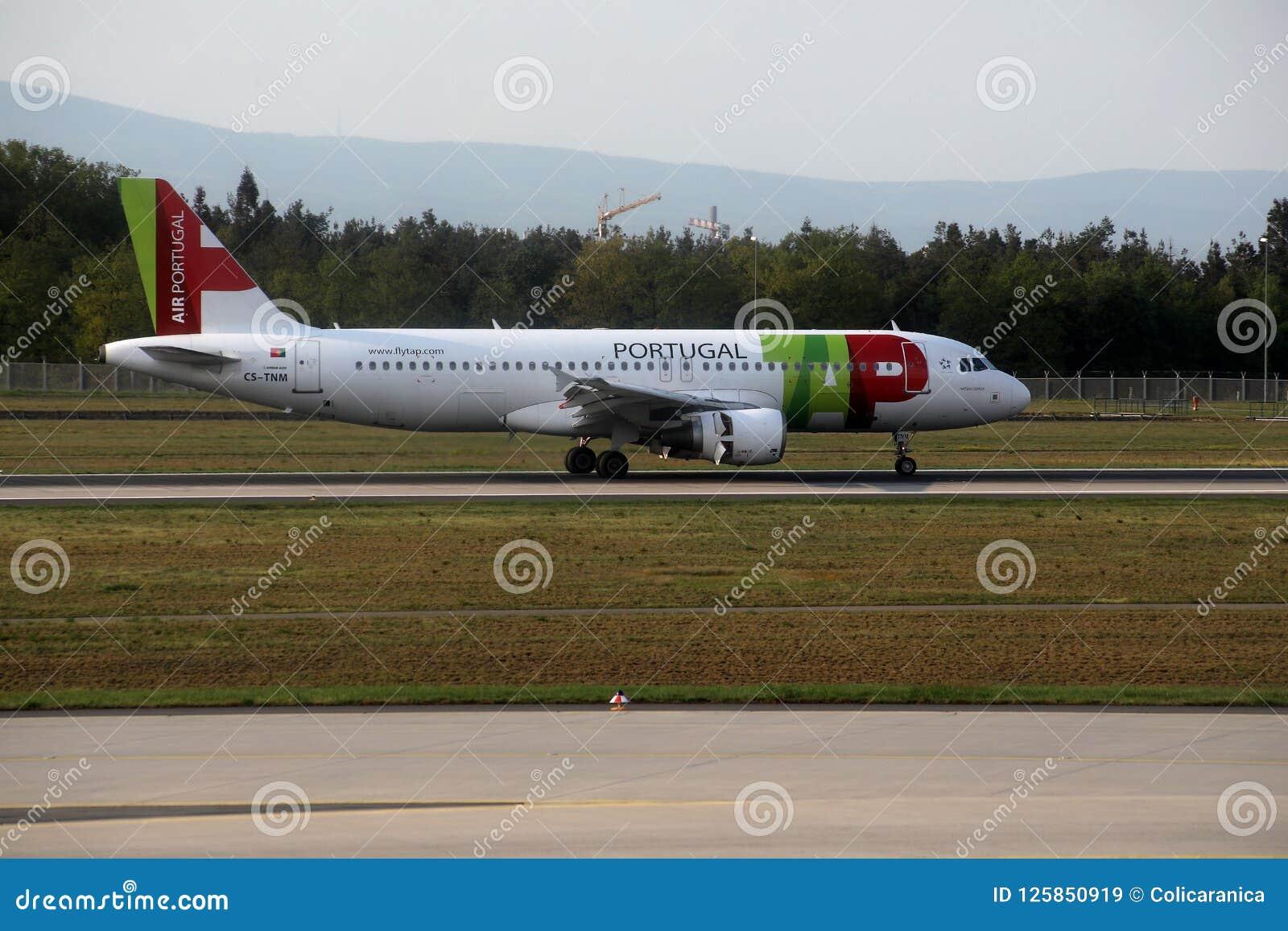 BATA o plano de Air Portugal na pista de decolagem no aeroporto de Munich, Alemanha, MUC