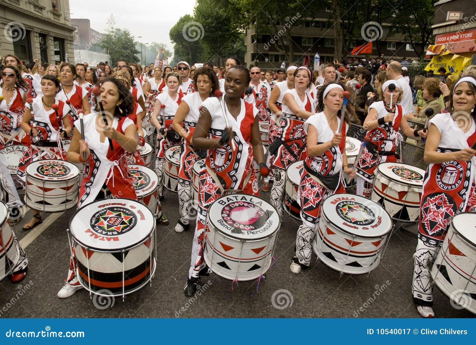 Batala que executa no carnaval de Notting Hill
