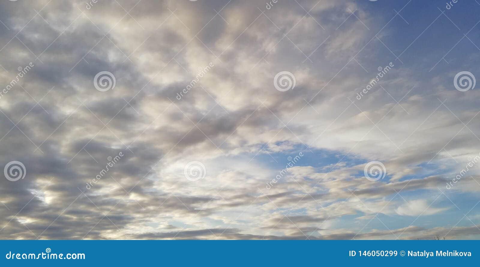 A batalha da luz e da escuridão Nuvens brancas claras e nuvens escuras no céu azul Fundo incomum interessante