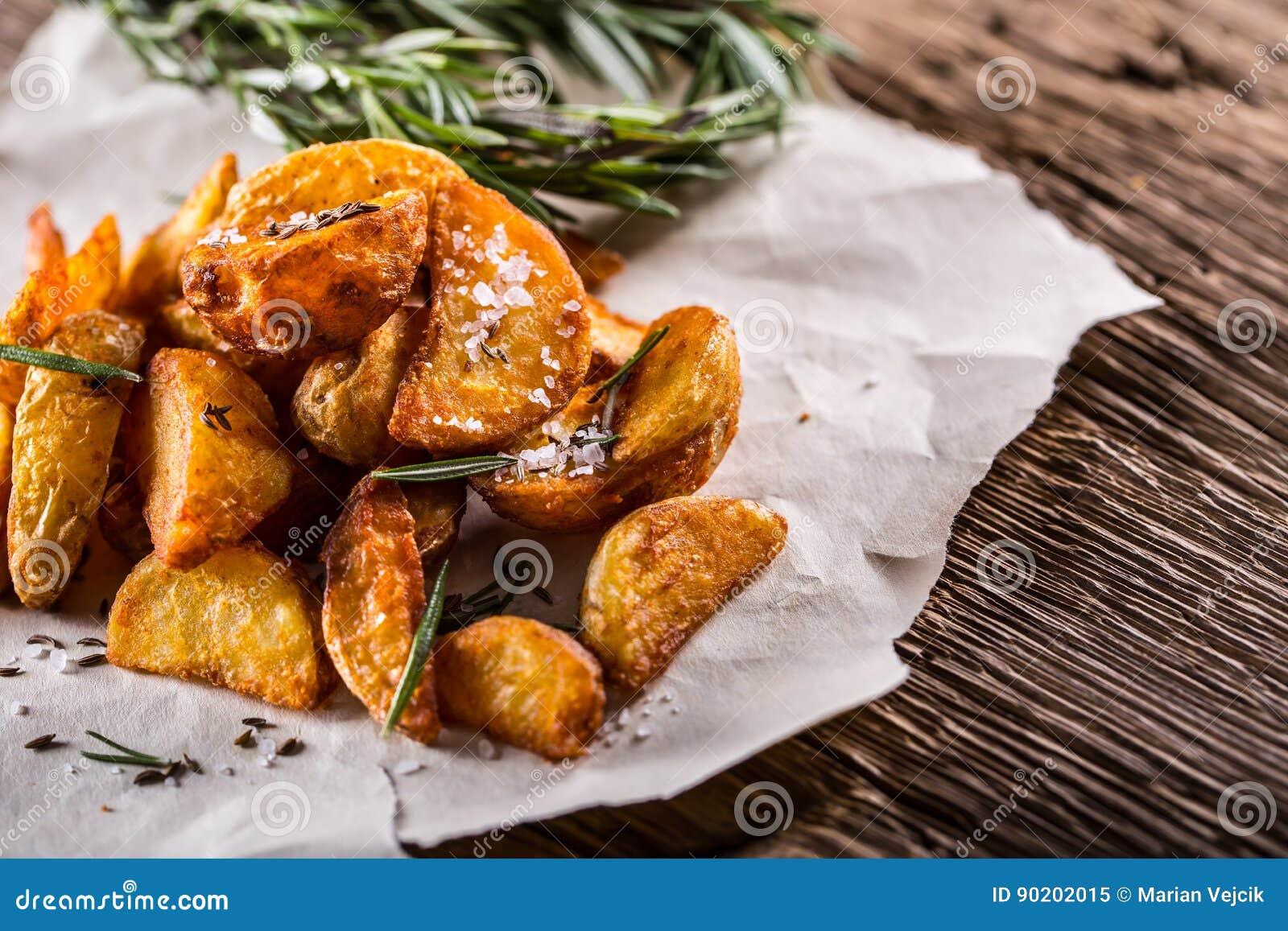 Batata Batatas Roasted Batatas americanas com alecrins e cominhos de sal A batata Roasted firma friável delicioso