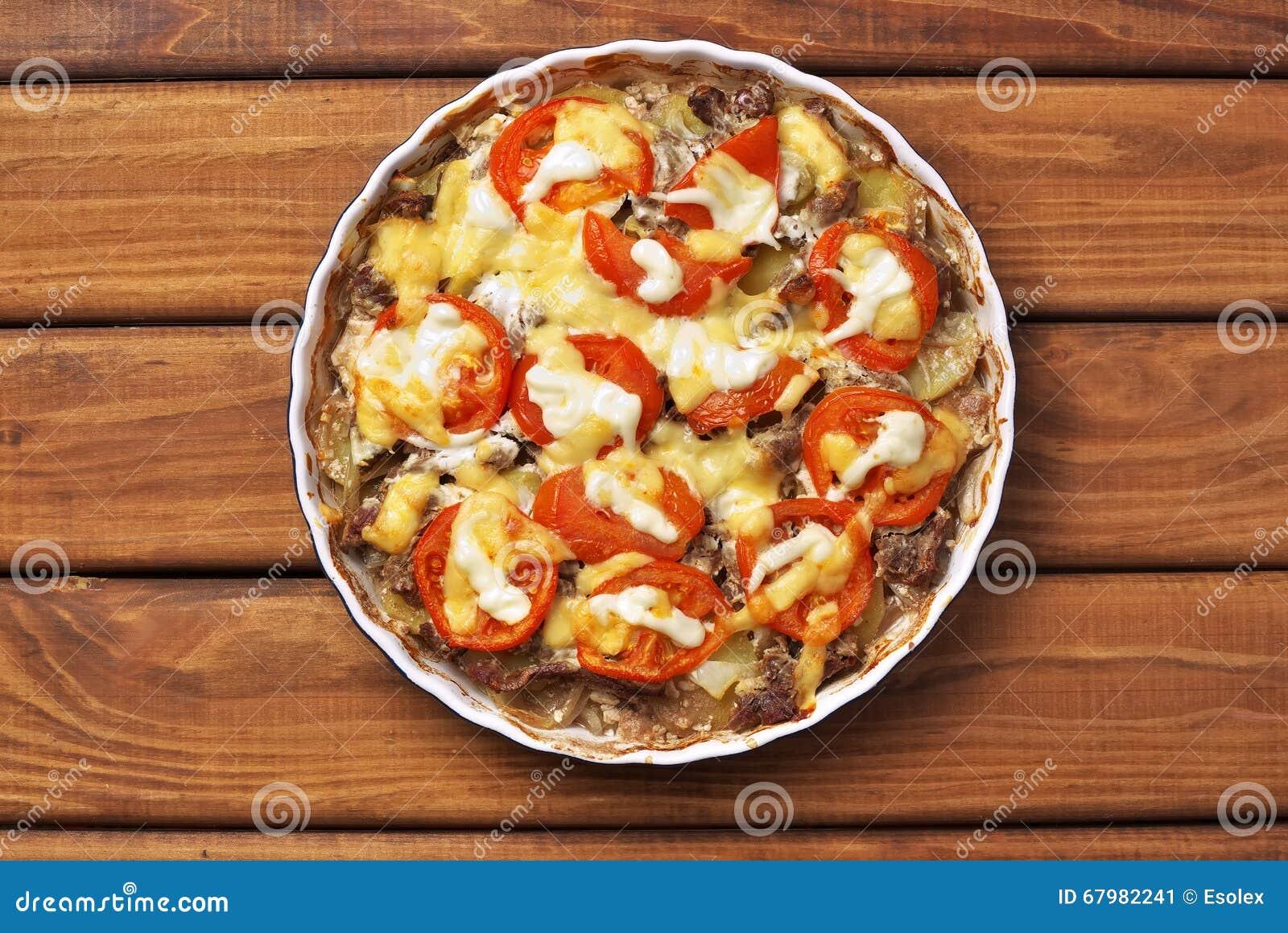 Batata cozinhada com carne, tomate, queijo e maionese