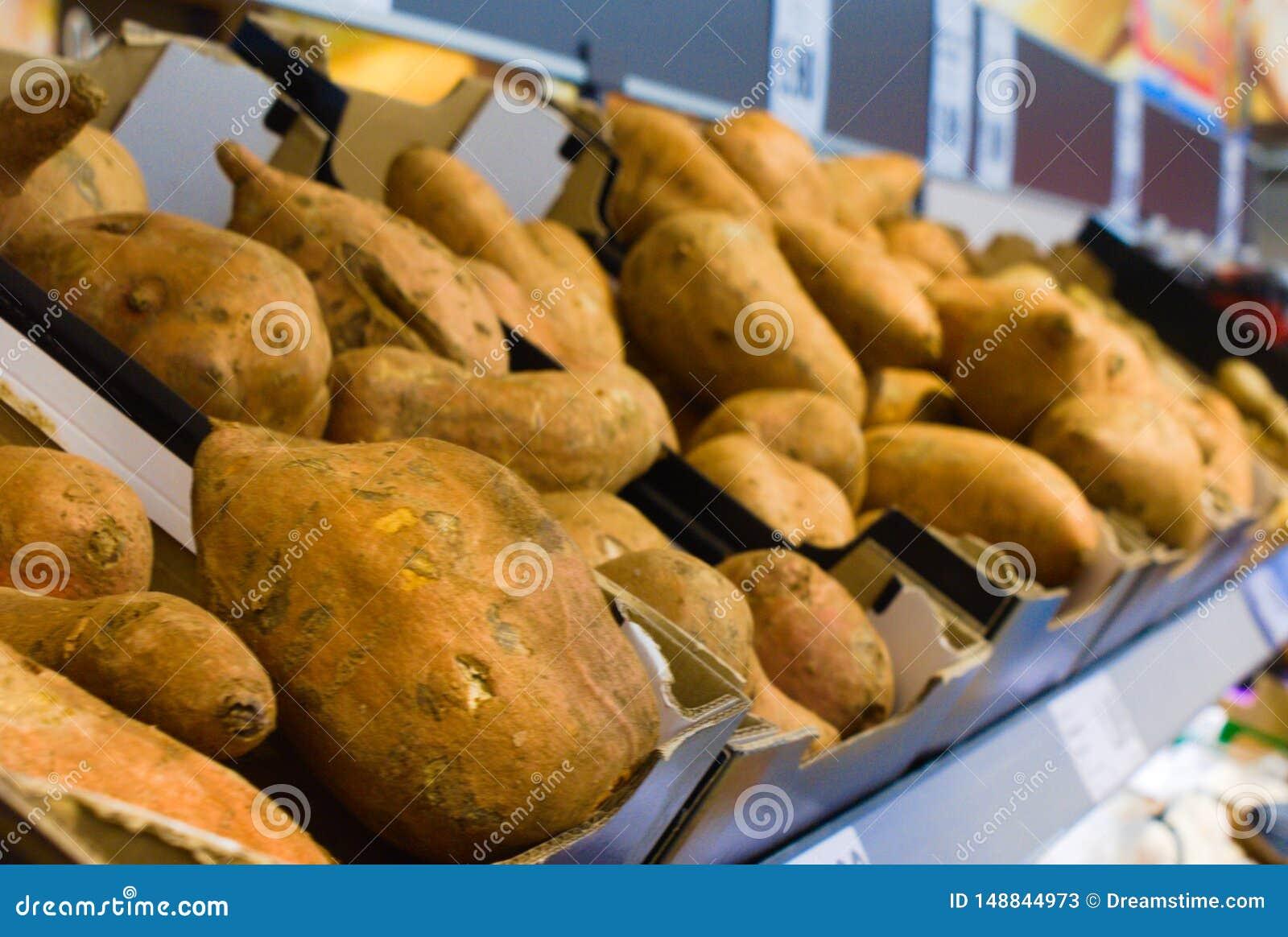 Batata doce enchida fresca no supermercado