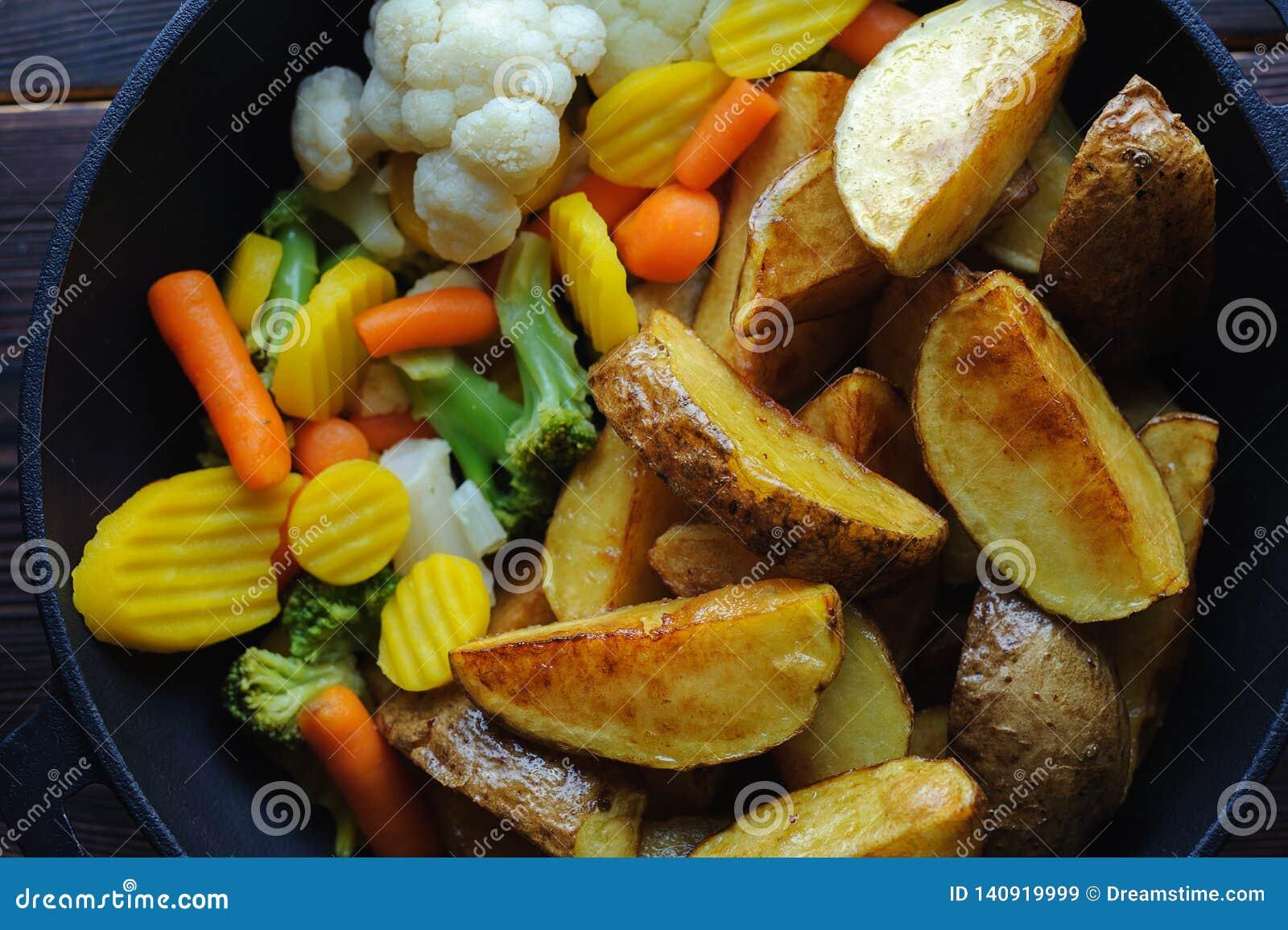 Batatas cozidas com vegetais em uma bandeja Vista superior