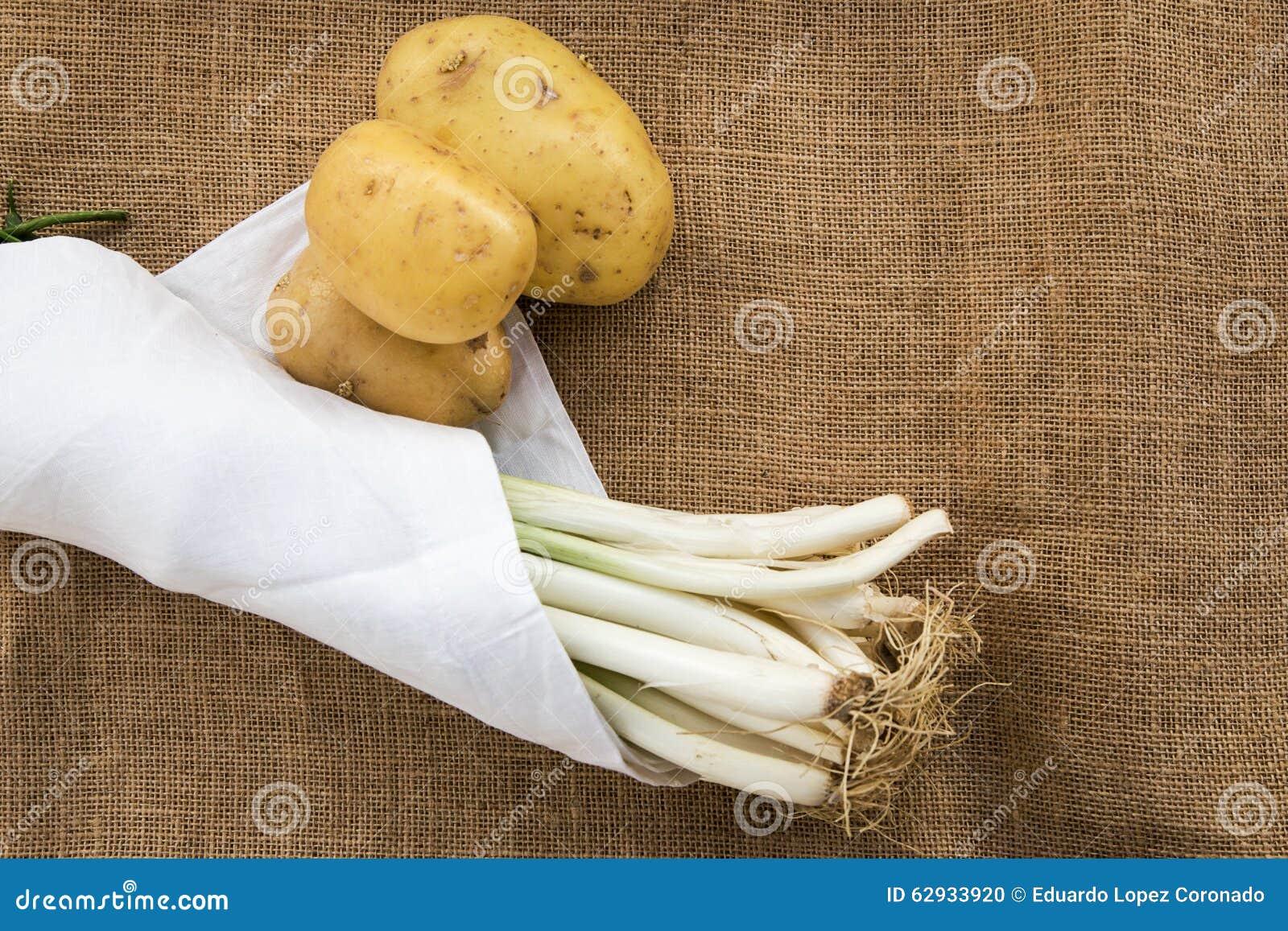 Batatas e alho-porros com guardanapo branco