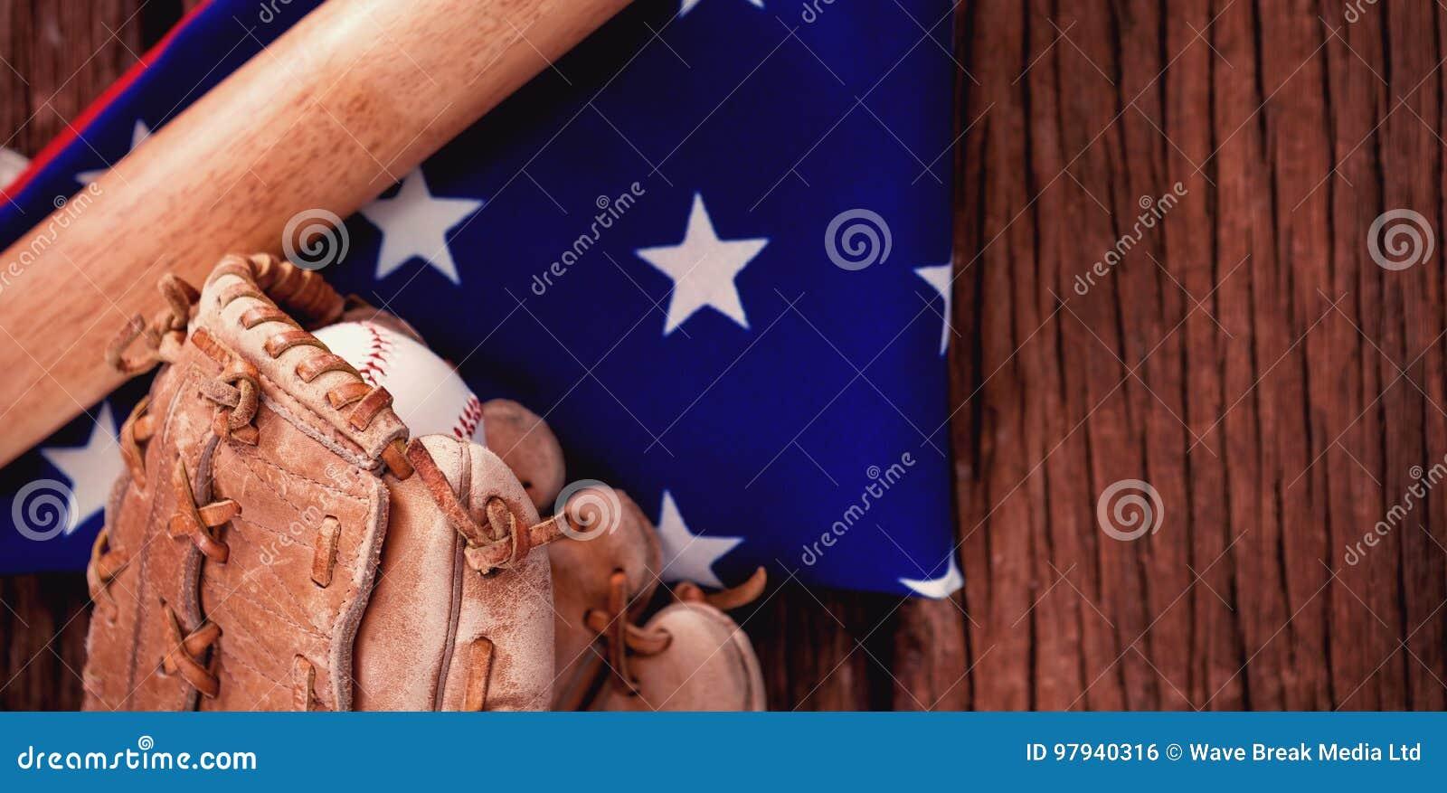 Bate de béisbol y guantes en bandera americana