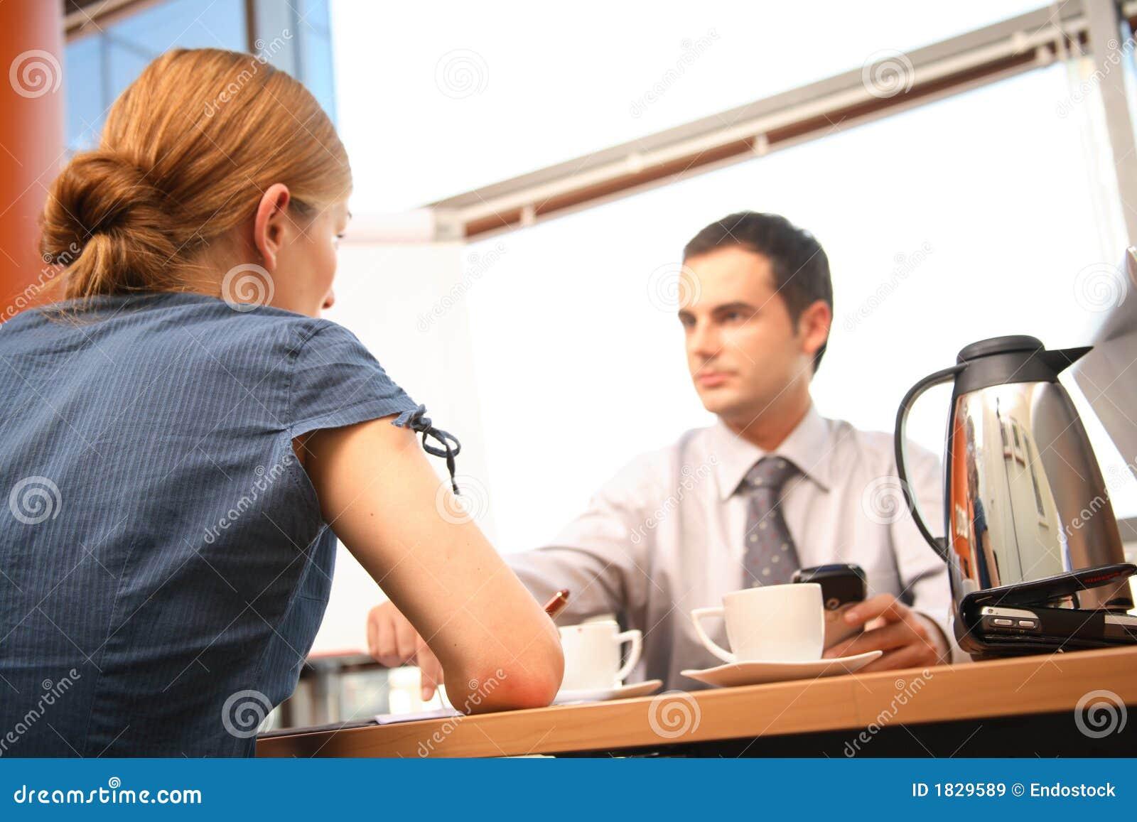 Bate-papo dos pares do negócio em um escritório