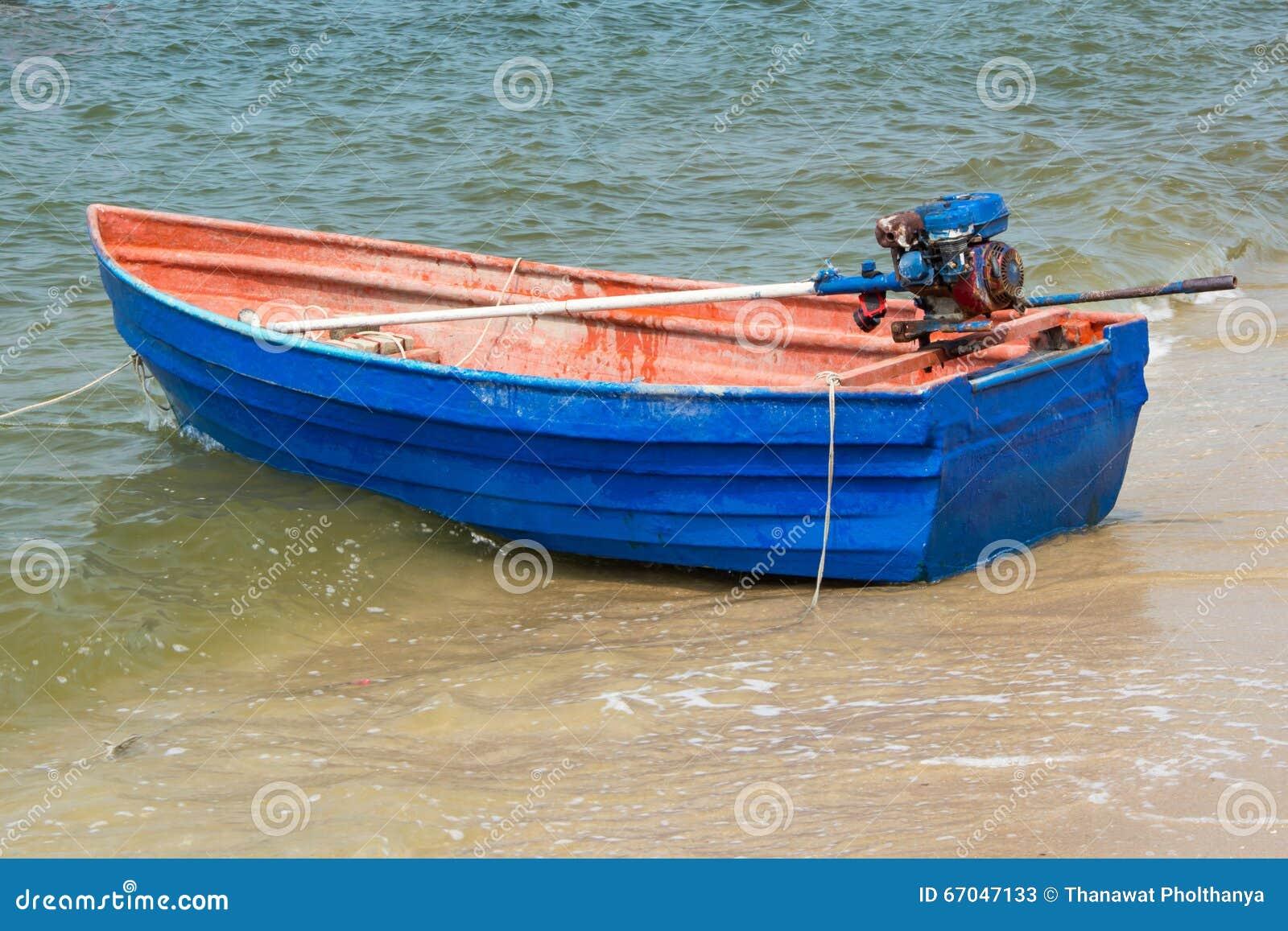 Bateau à rames bleu sur la plage