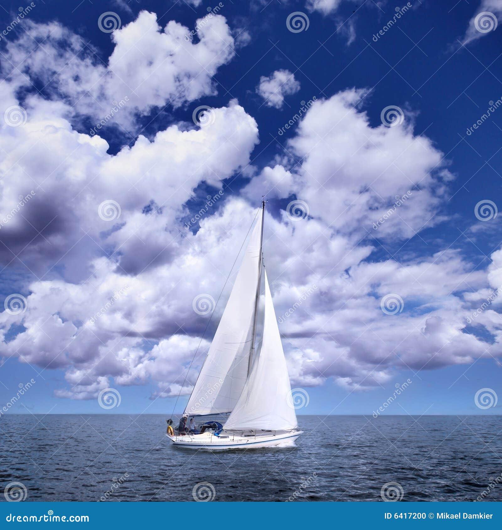 Bateau à voile dans le vent