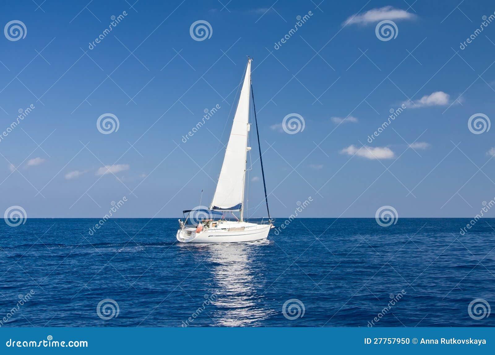 Bateau à voiles blanc en mer