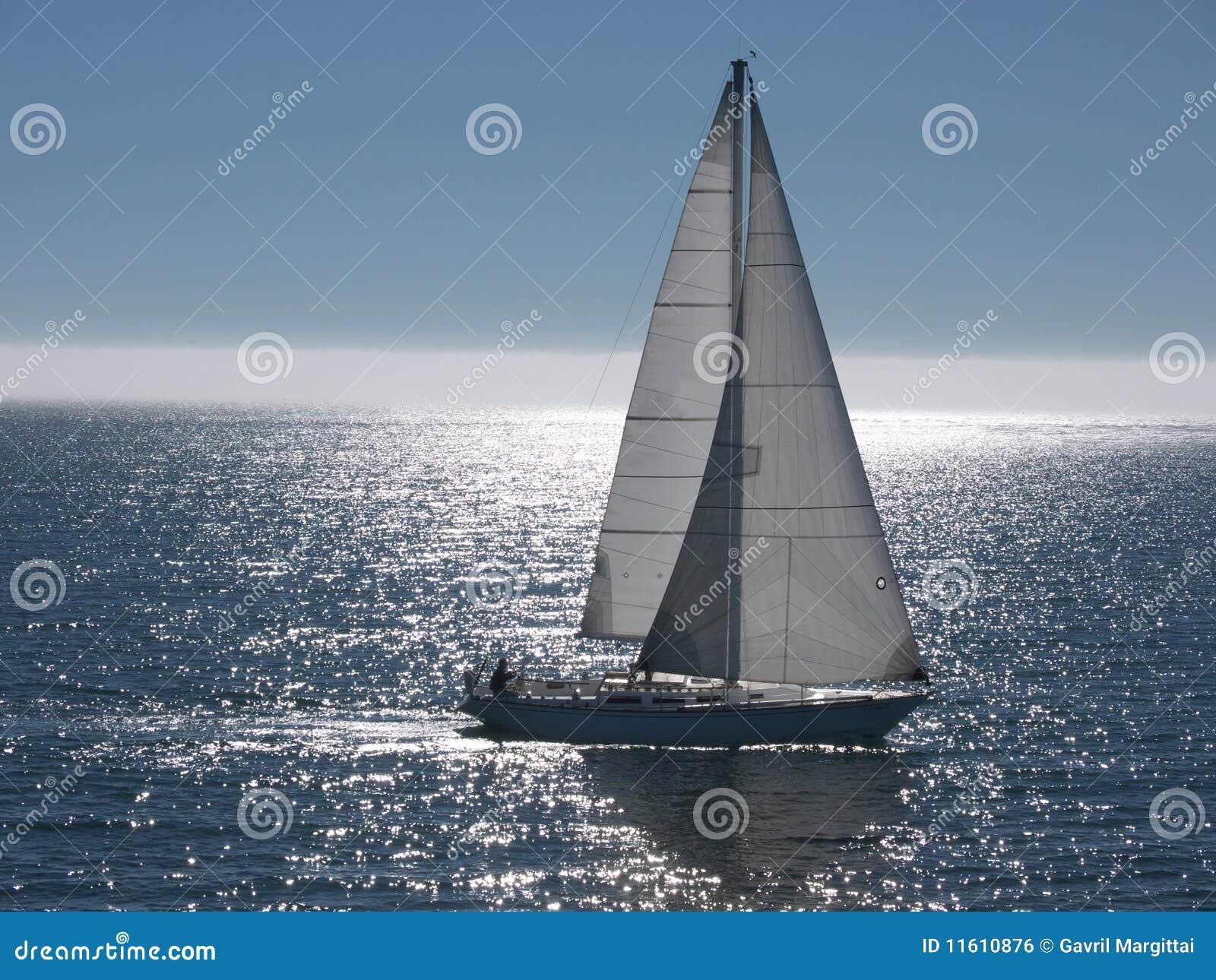 Bateau à voiles glissant sur la mer calme