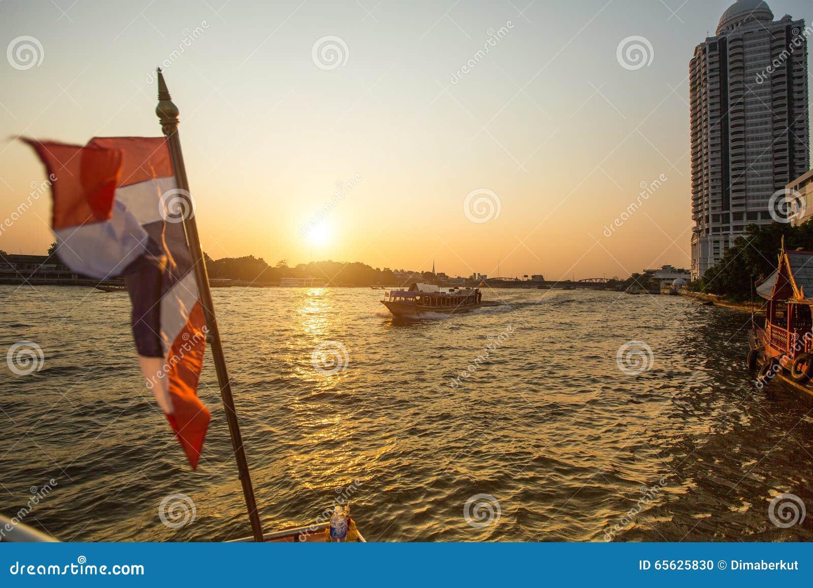 Bateau Local de transport sur la rivière de Chao Phraya d 
