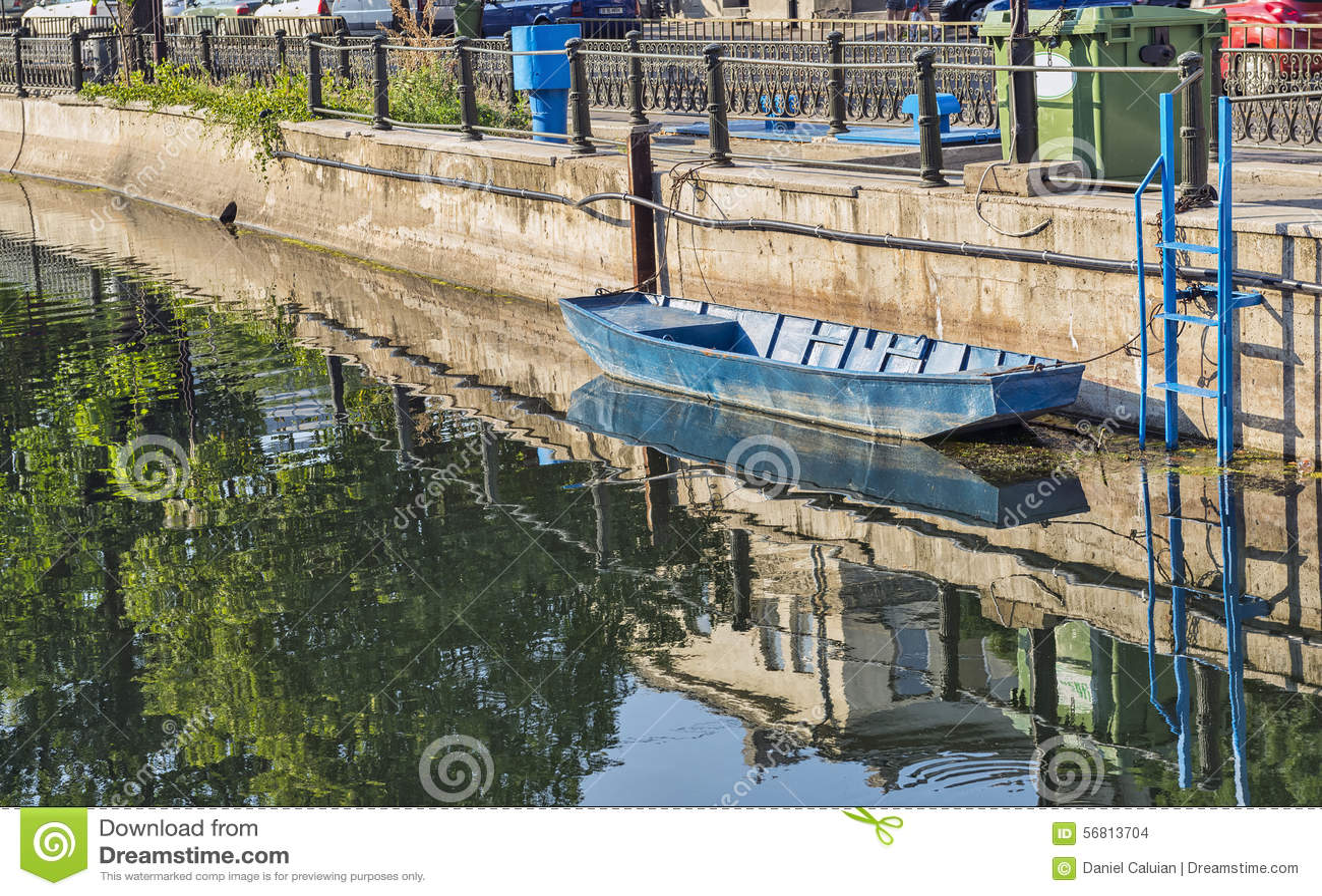 Bateau accouplé sur la rivière de Dambovita à Bucarest