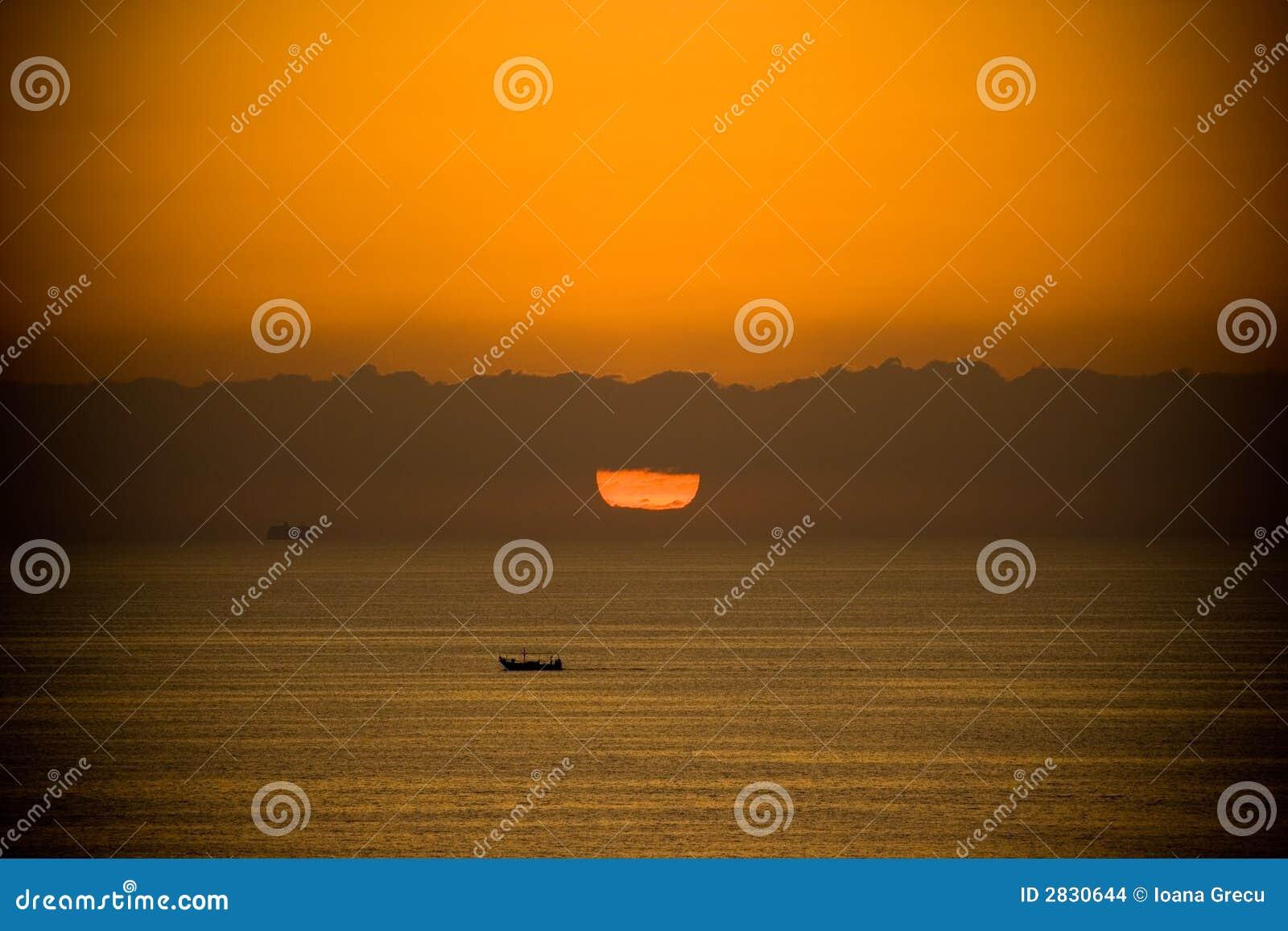 Bateau au lever de soleil