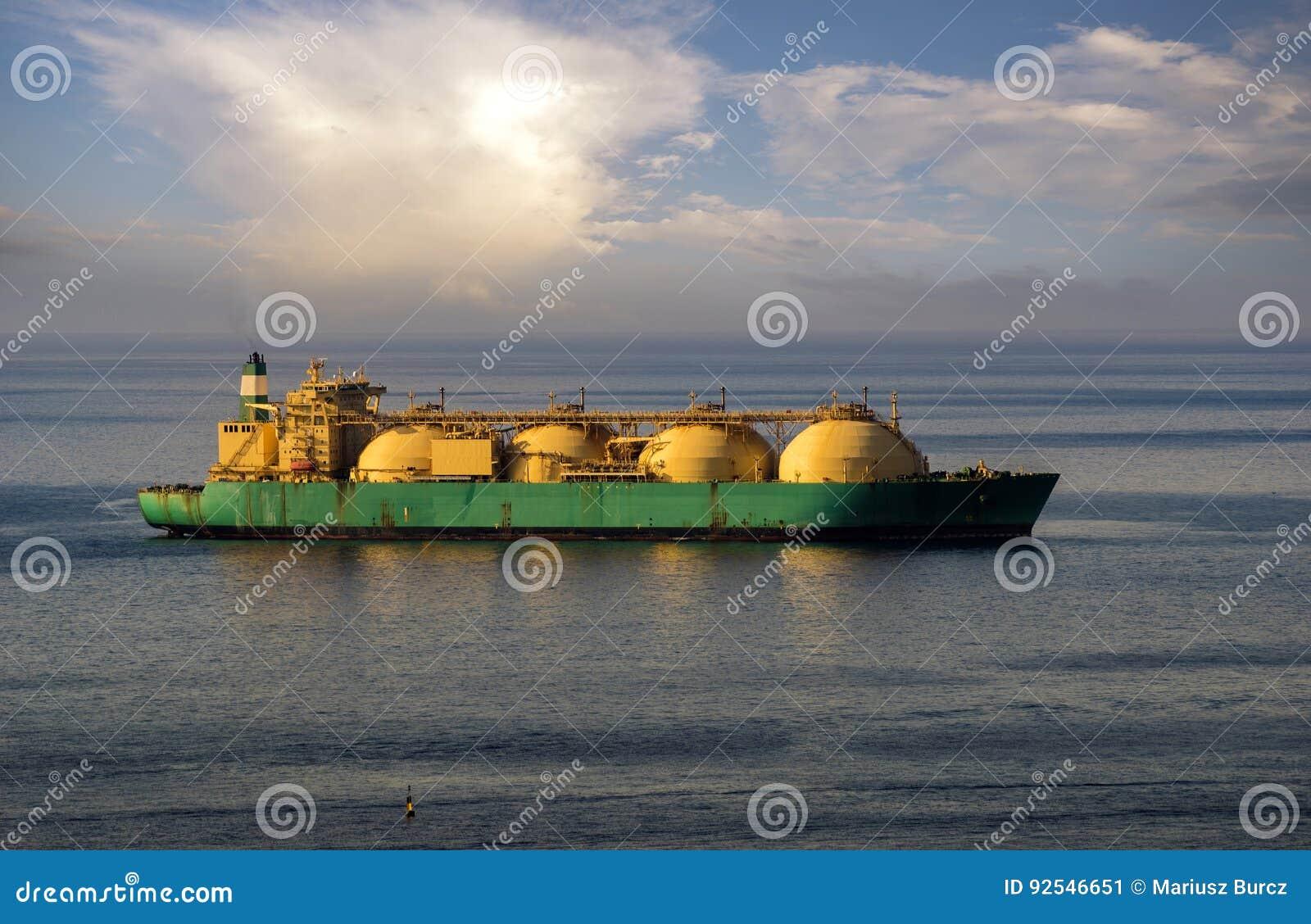 Bateau-citerne de GNL sur l océan par le terminal de gaz