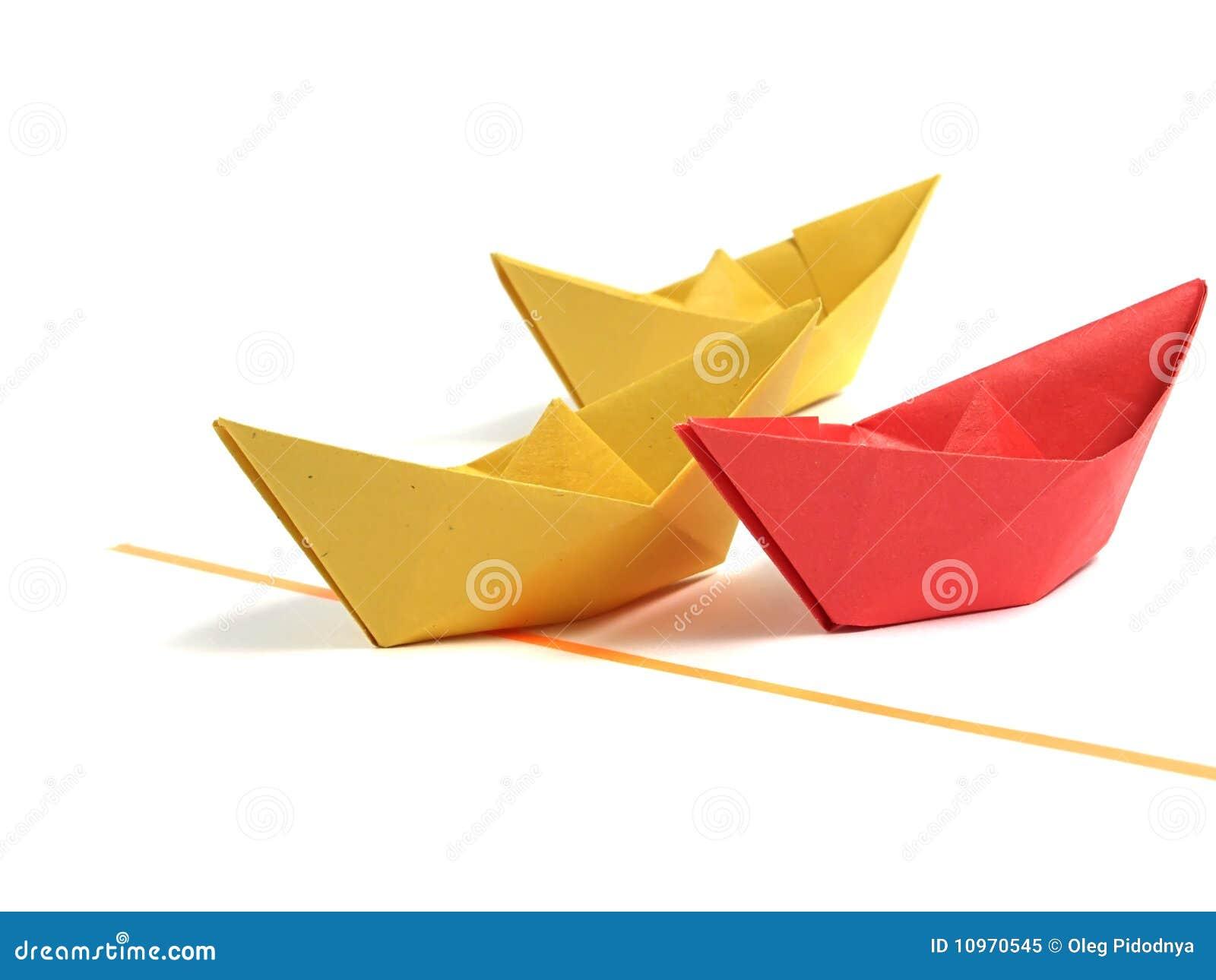 bateau d 39 origami au dessus de blanc image stock image du fond cargaison 10970545. Black Bedroom Furniture Sets. Home Design Ideas