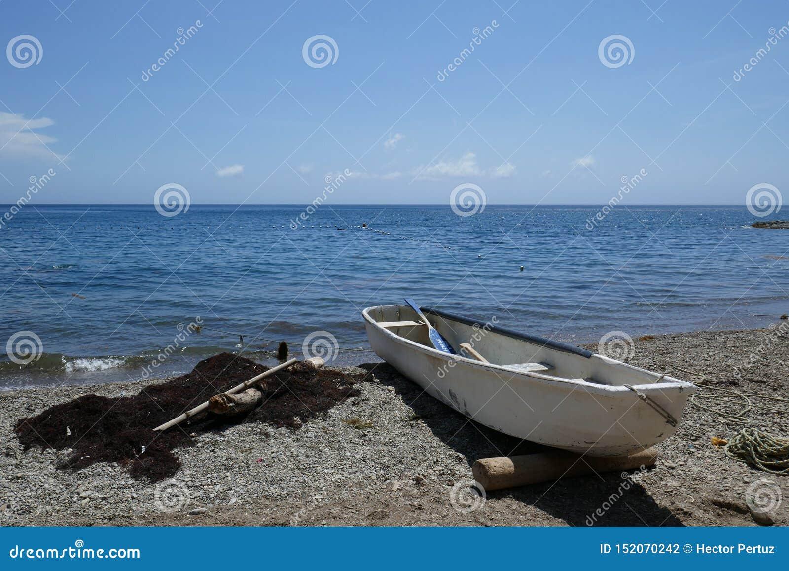 Bateau dans la belle plage