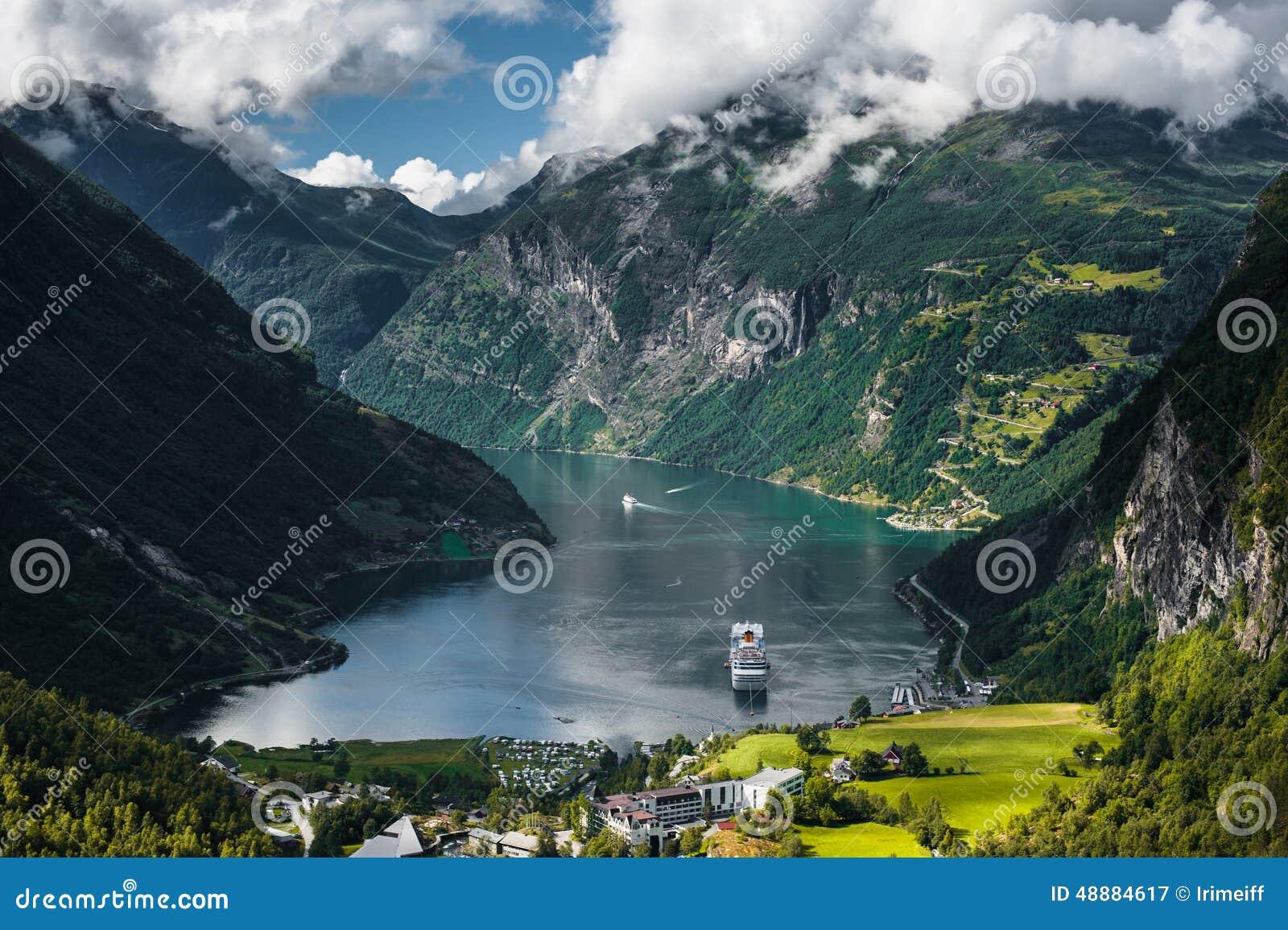 Bateau de croisière dans le fjord de Geiranger, Norvège