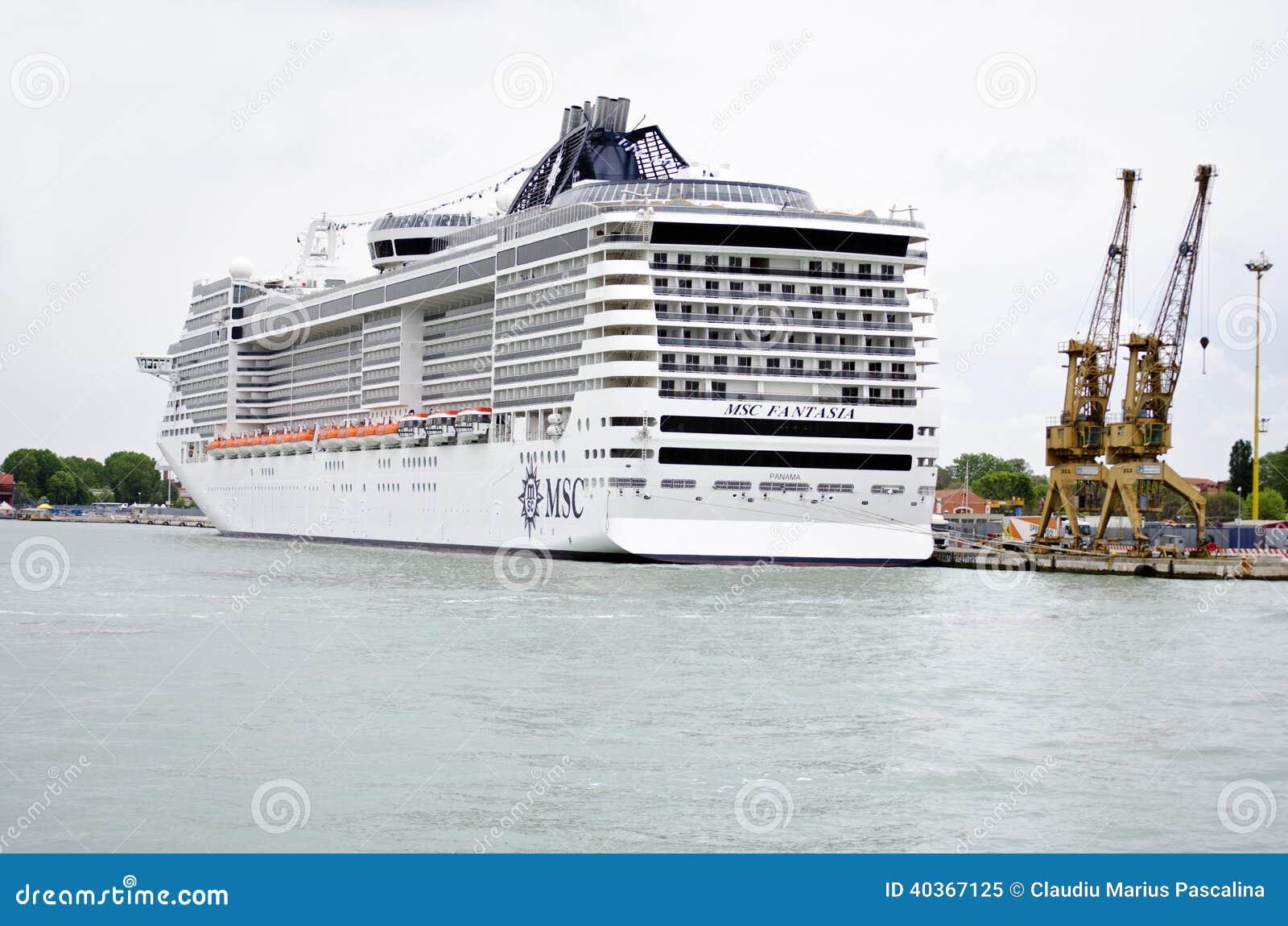 Bateau de croisi re dans le port de venise italie image ditorial image du grand dommages - Hotel venise port croisiere ...