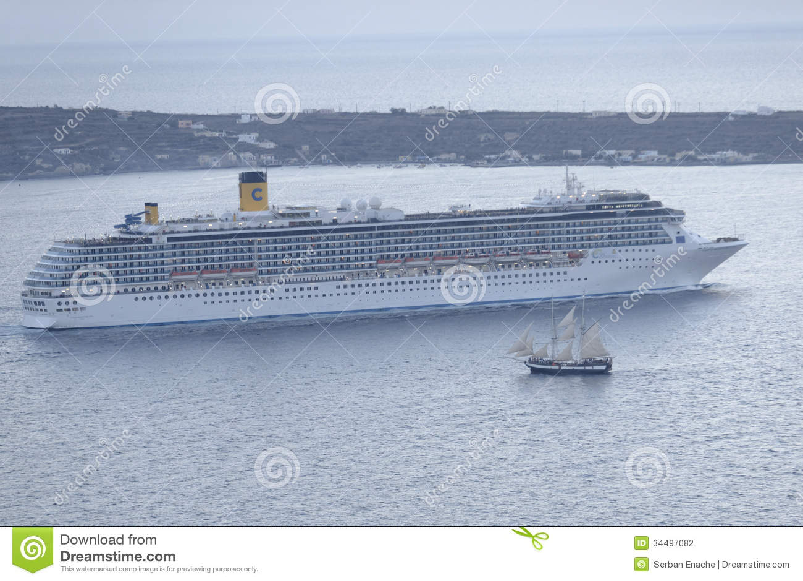 Bateau de croisière et voilier dans Santorini