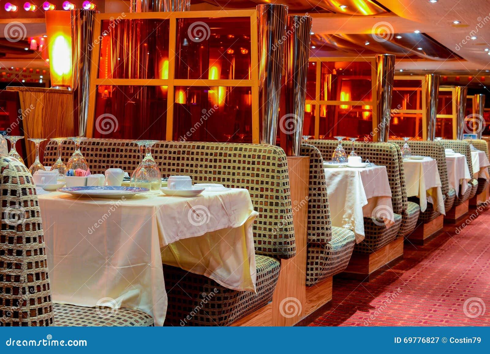 bateau de croisi re int rieur de restaurant image stock image du fond carnaval 69776827. Black Bedroom Furniture Sets. Home Design Ideas