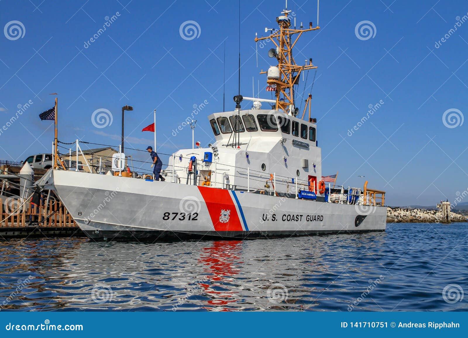 Bateau de la garde côtière des USA amarré au quai