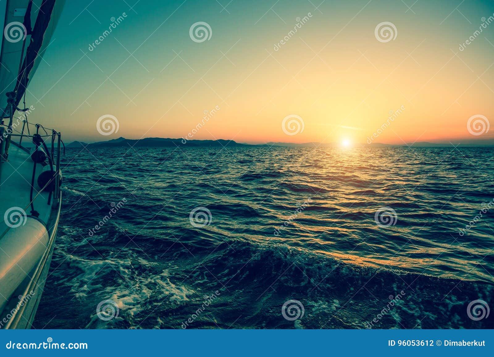 Bateau de luxe de yacht de bateau de navigation en mer pendant le coucher du soleil