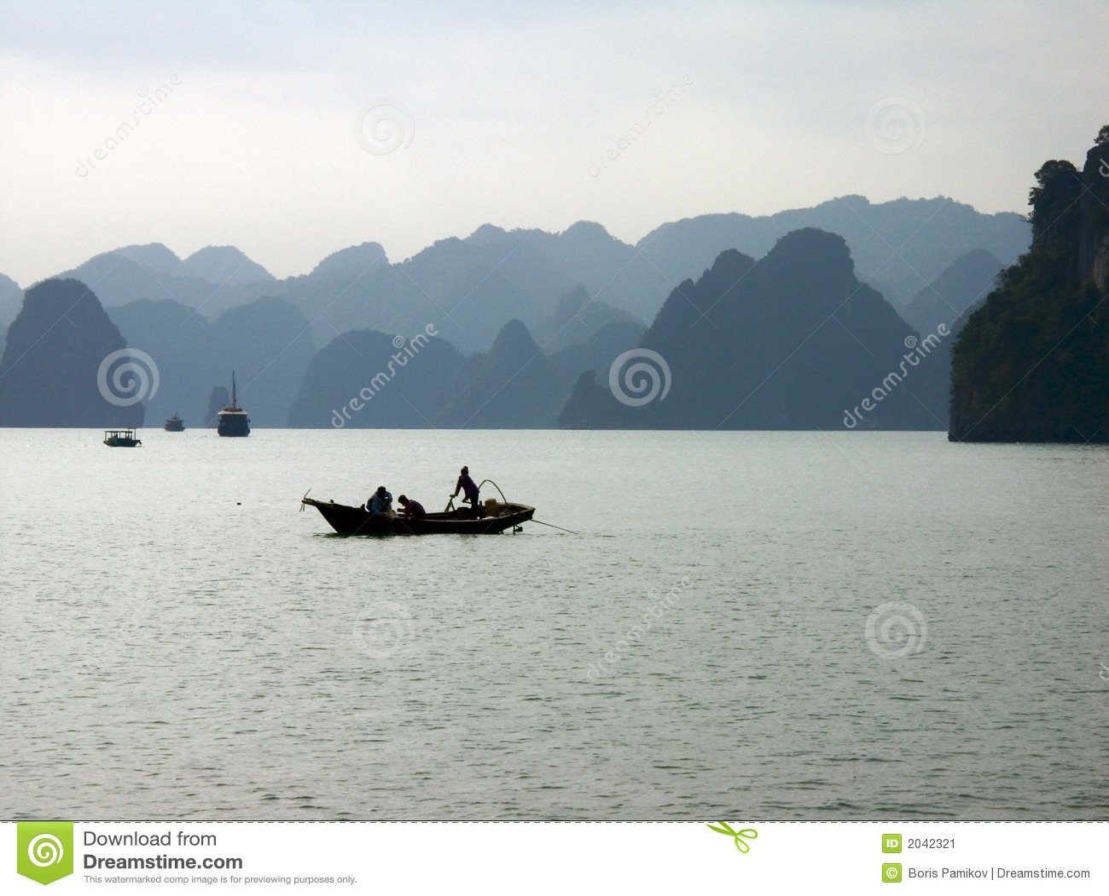 Bateau de pêche au compartiment de Halong, Vietnam