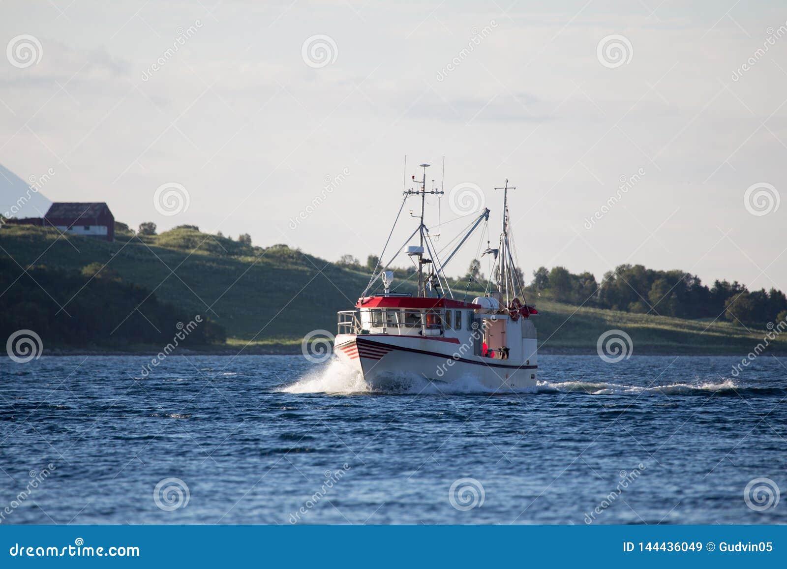 Bateau de pêche blanc et rouge sur la mer Fjord en Norvège