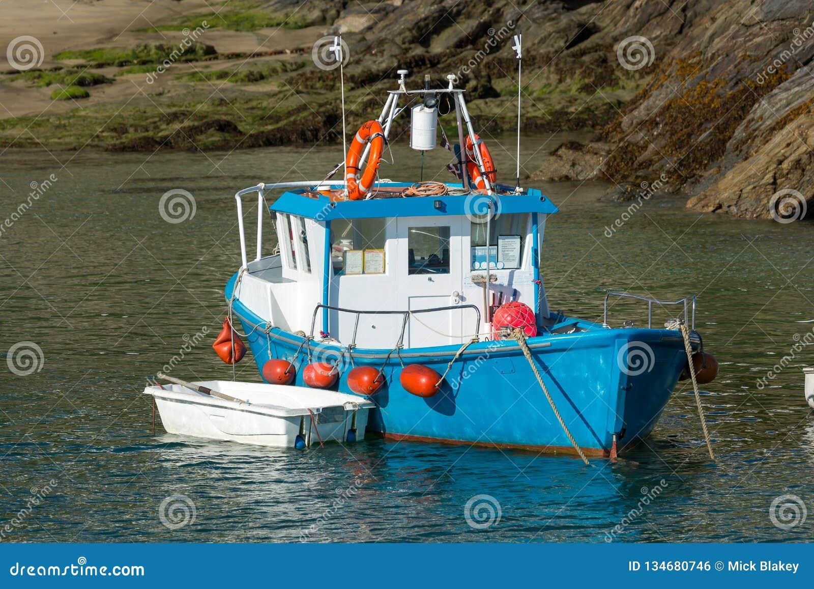 Bateau de pêche bleu de port de Newquay sur l amarrage dans les Cornouailles