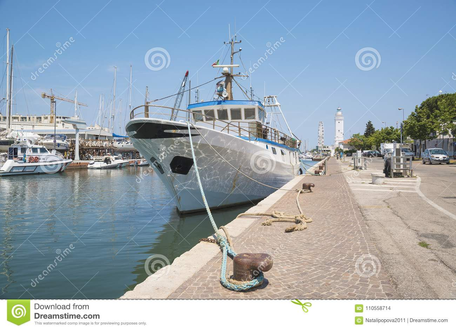 Bateau de pêche, bateau de pêche dans le port de la station de vacances de mer de R