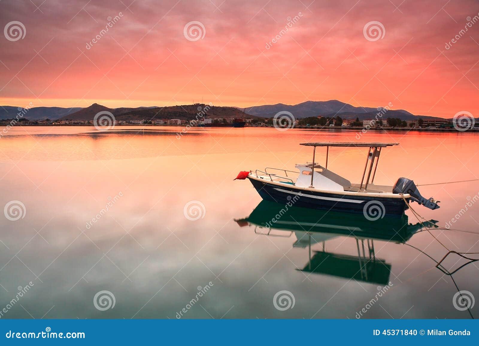 Bateau de pêche dans Nafplio, Grèce