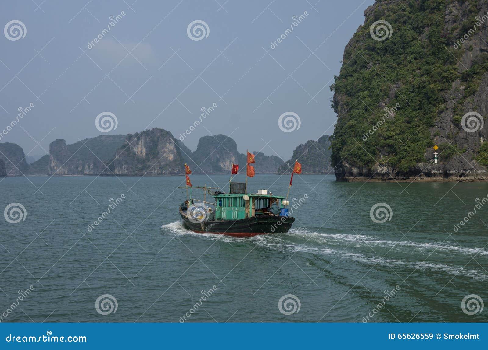 Bateau de pêche en compartiment long d ha, Vietnam