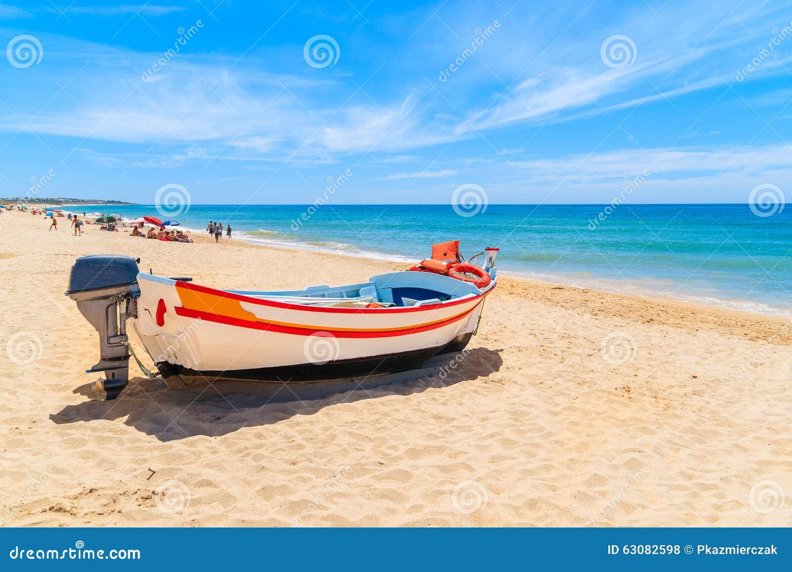 Download Bateau De Pêche Sur La Plage Sablonneuse Photo stock - Image du portugais, paradis: 63082598