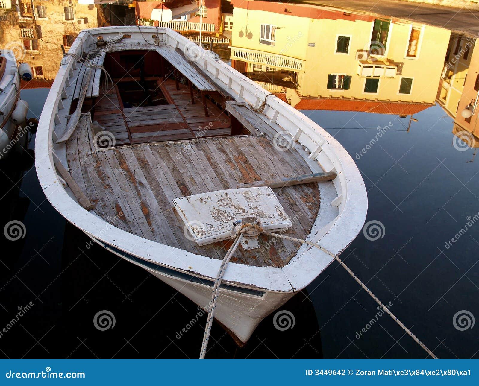 Bateau de Woeden sur l eau calme