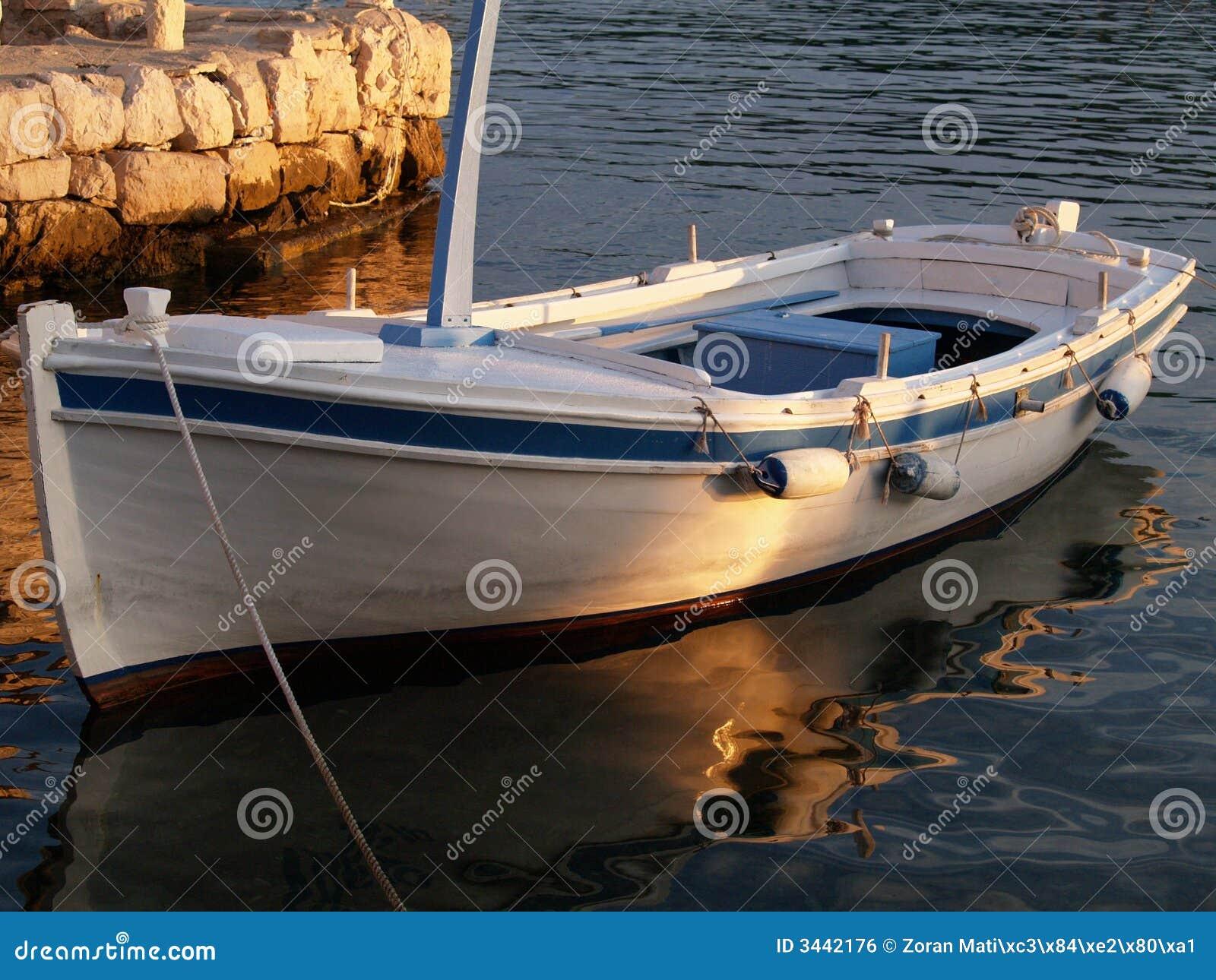 Bateau en bois aux docks