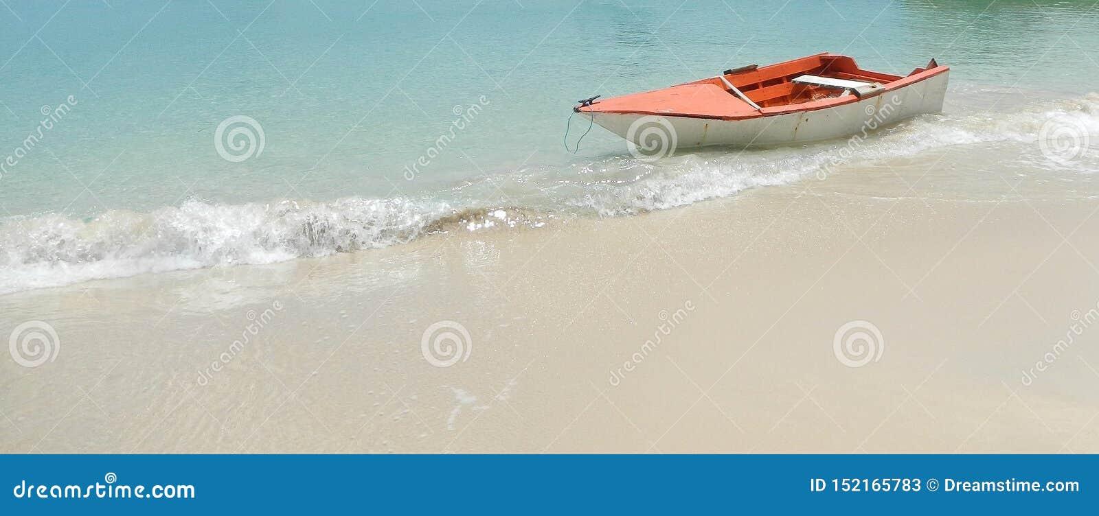 Bateau en bois sur la belle plage