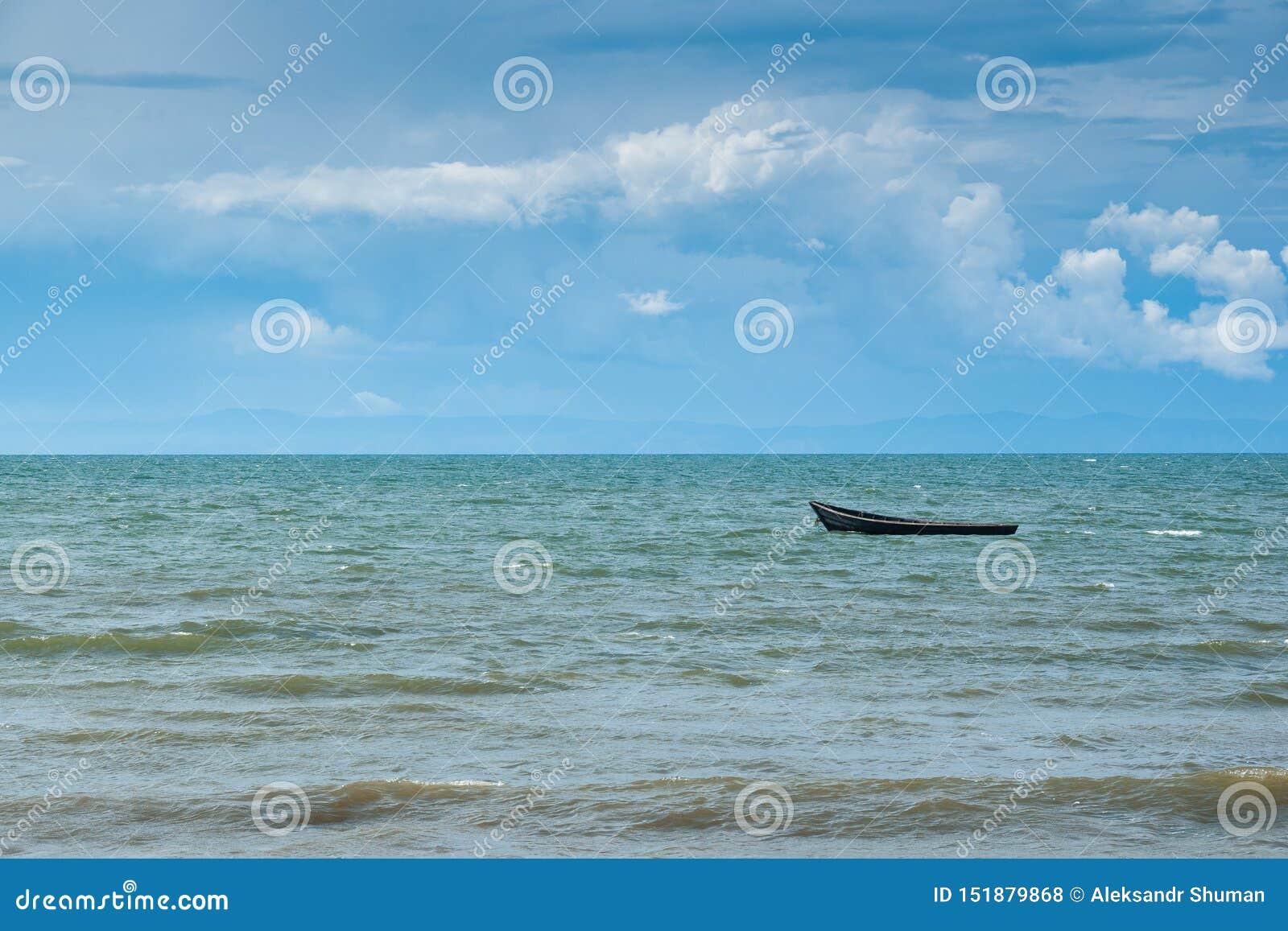 Bateau en bois sur le lac Baïkal, montagnes sur l horizon