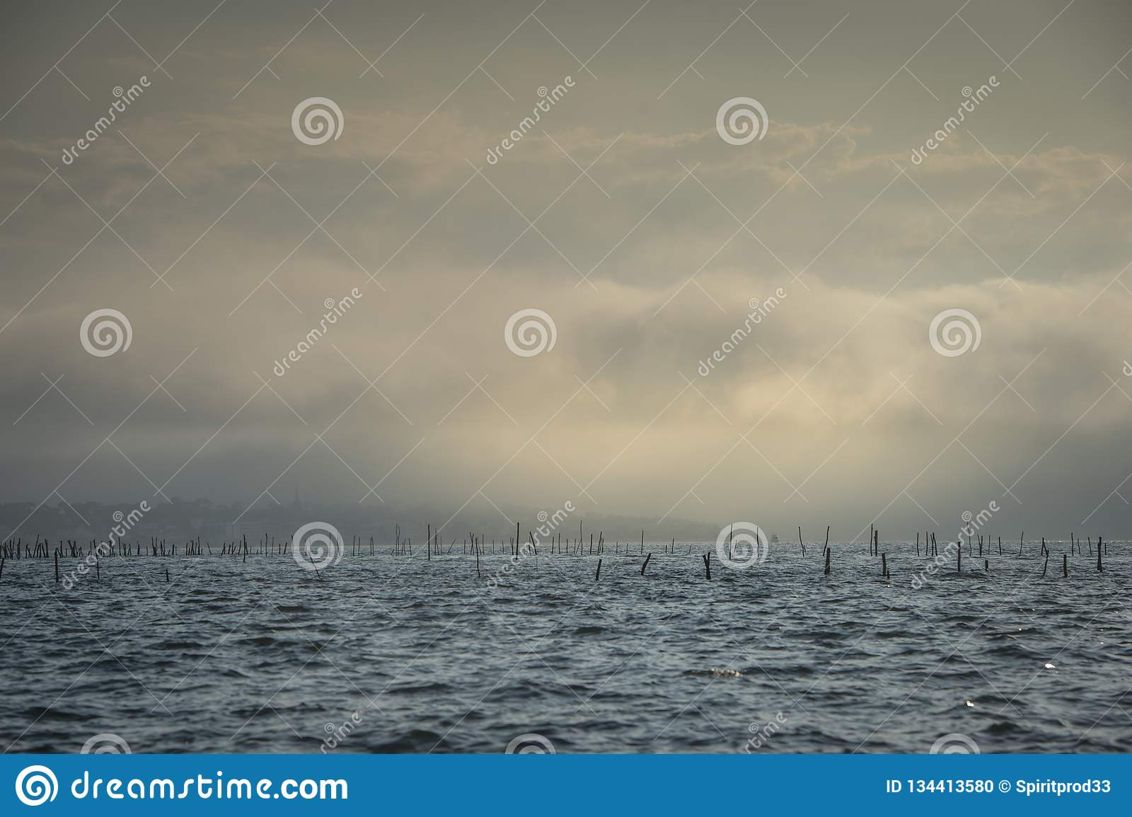 Bateau en brouillard baie dans océan, Arcachon, la Gironde, France
